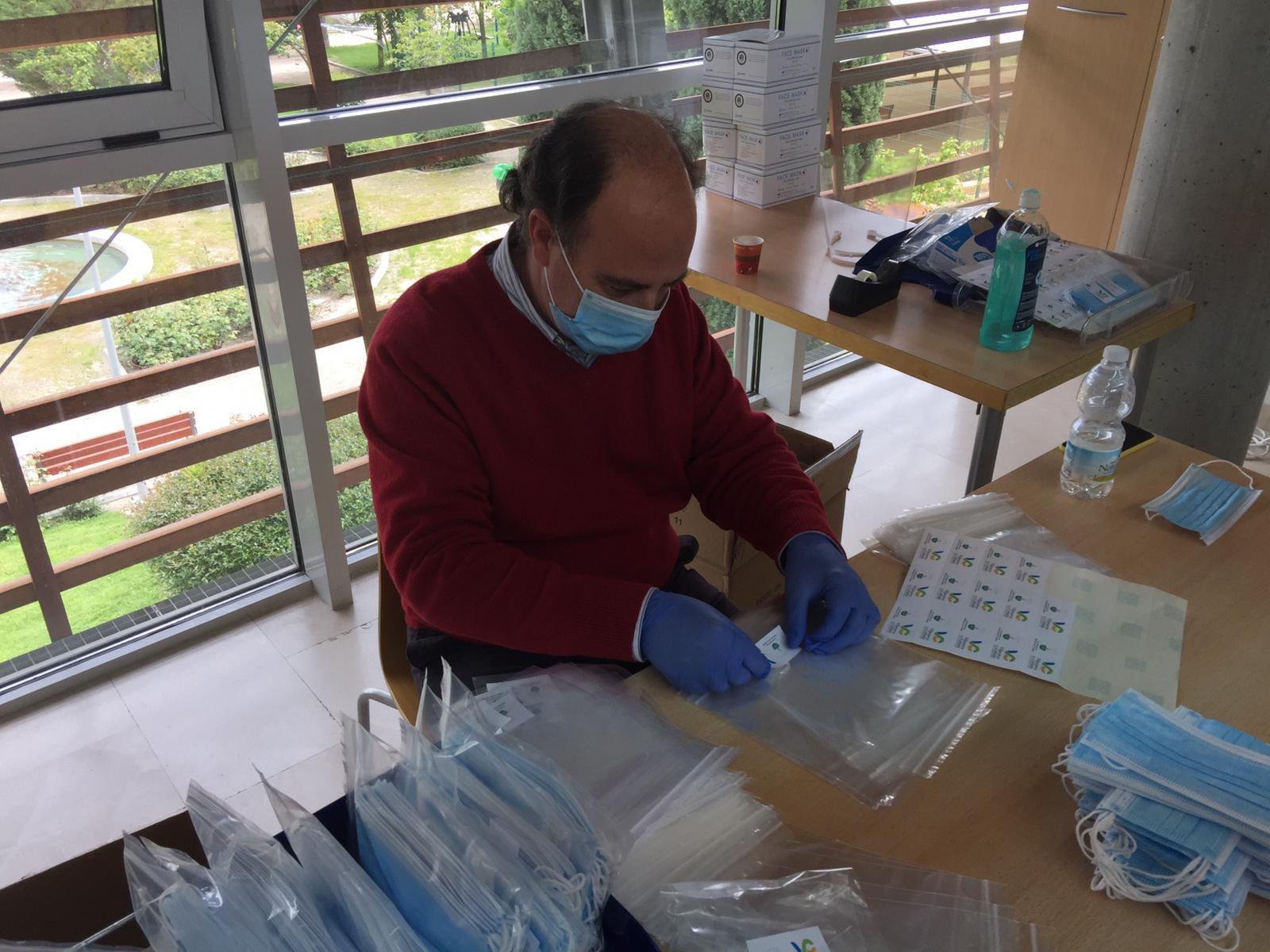 Uno de los voluntarios realizando la labor de etiquetado de las mismas.