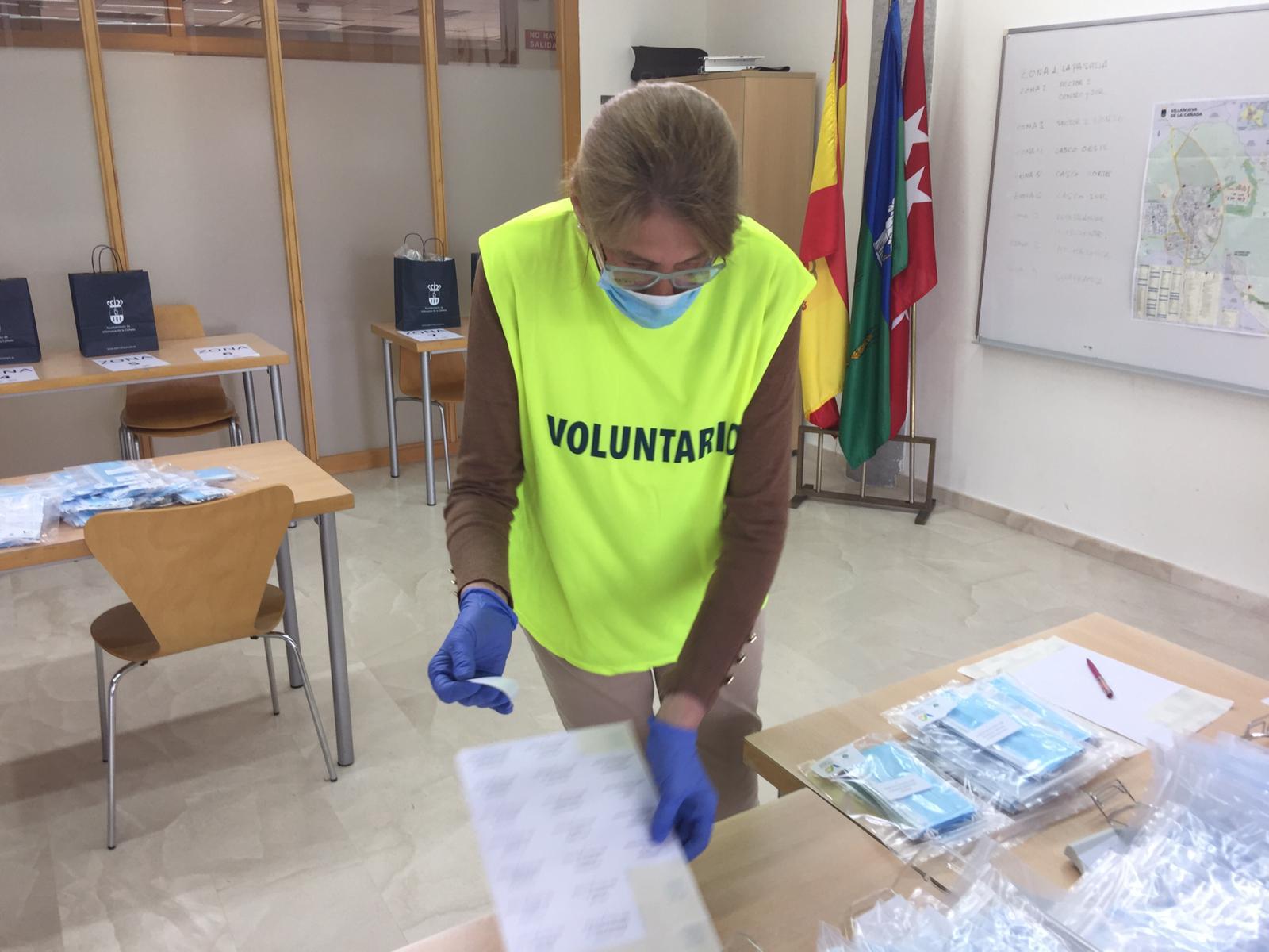Una voluntaria del reparto de mascarillas.