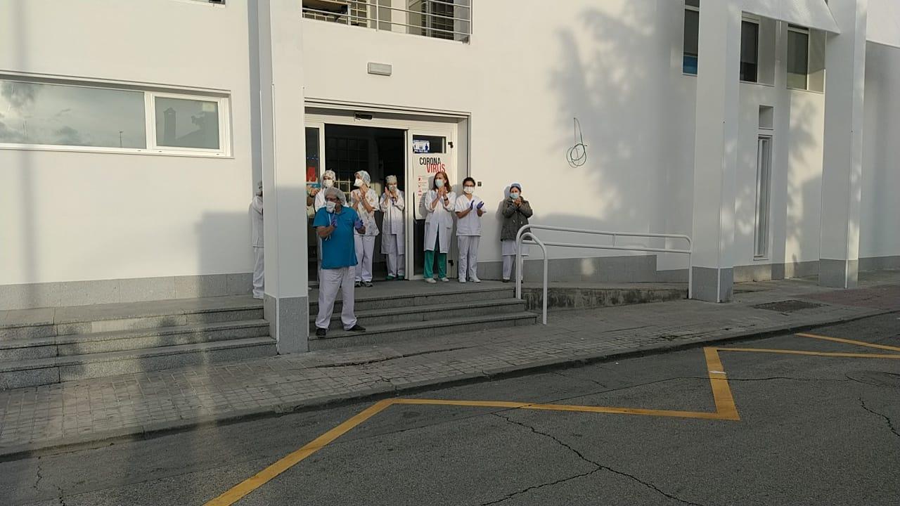 Algunos sanitarios ante el centro de salud.