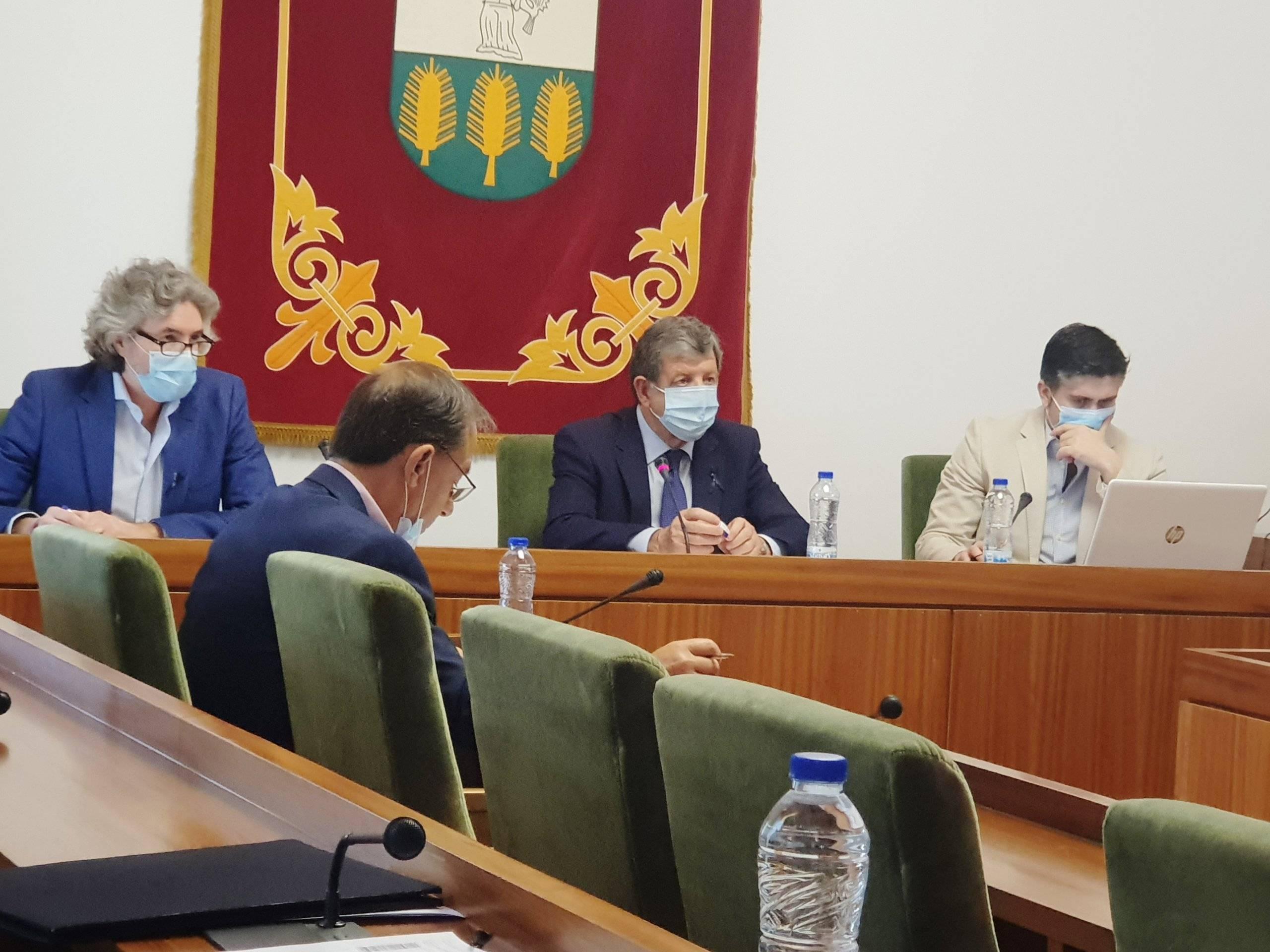El alcalde, Luis Partida, junto al interventor, el secretario y el portavoz del PP.