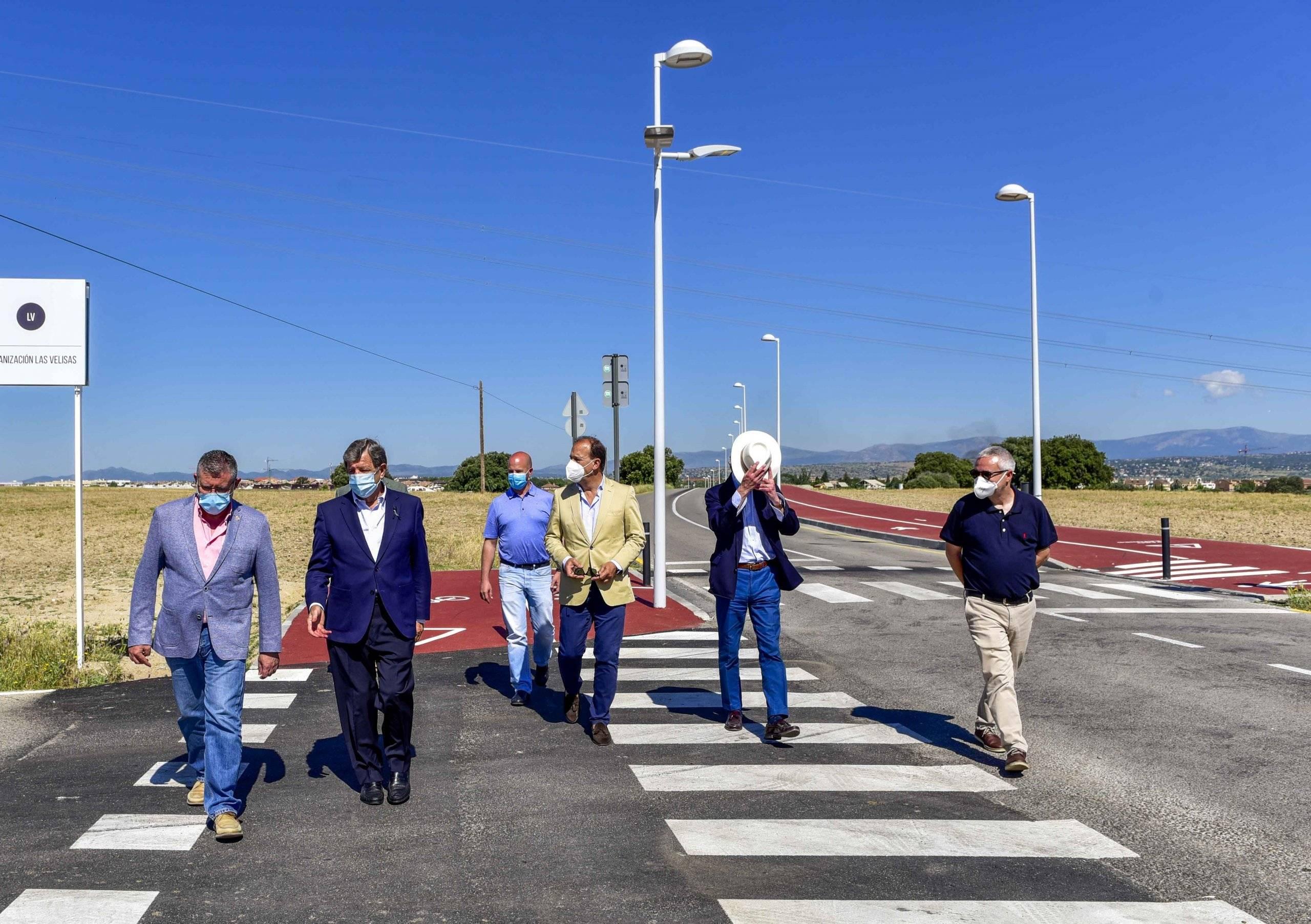 Los regidores acompañados por el concejal de Obras villanovense, Enrique Serrano, el director de la obra, Francisco García Miguel, y responsables de la empresa Construcciones Pérez Egea.