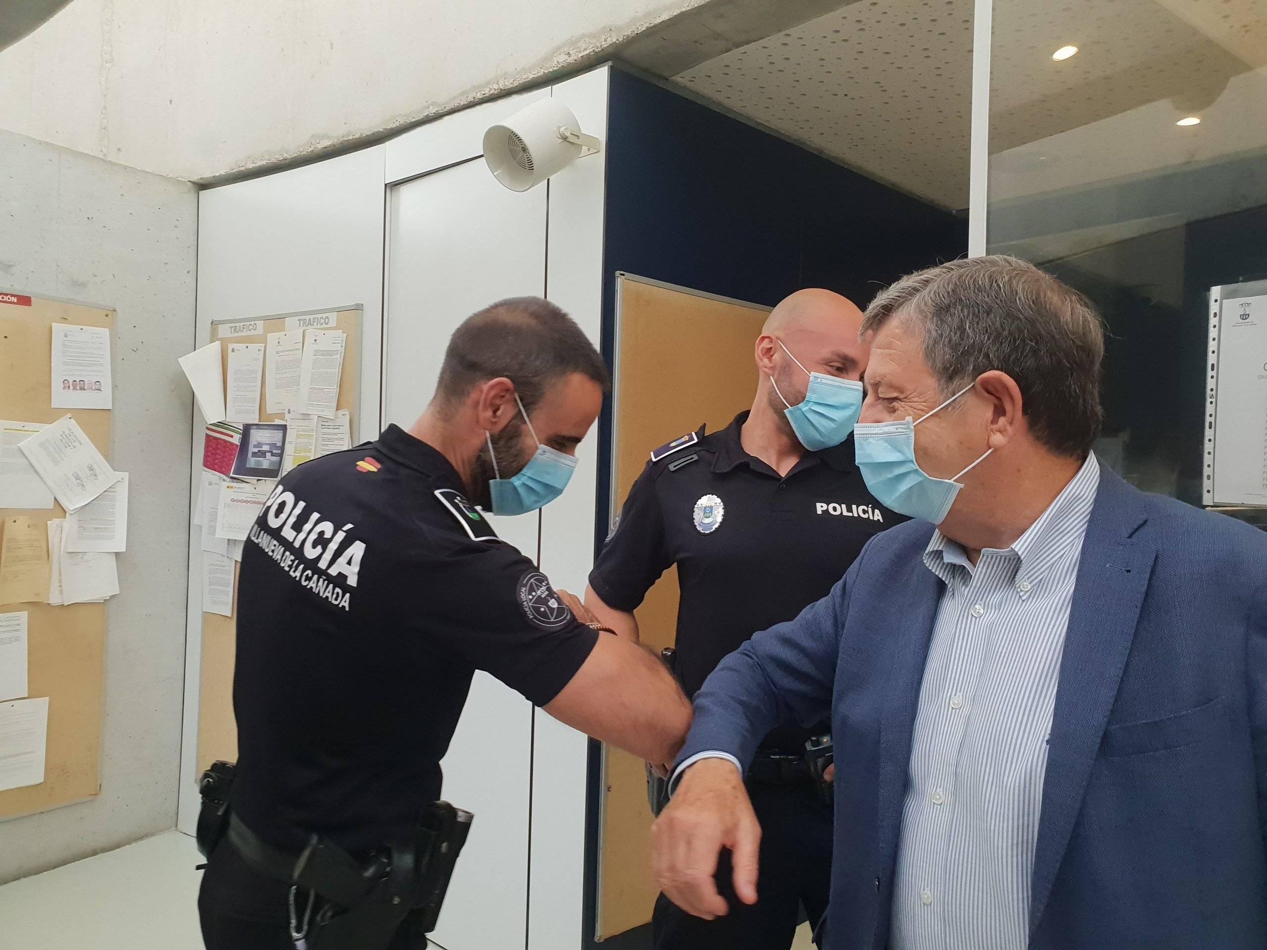 El alcalde, Luis Partida, saludando a uno de los policías.