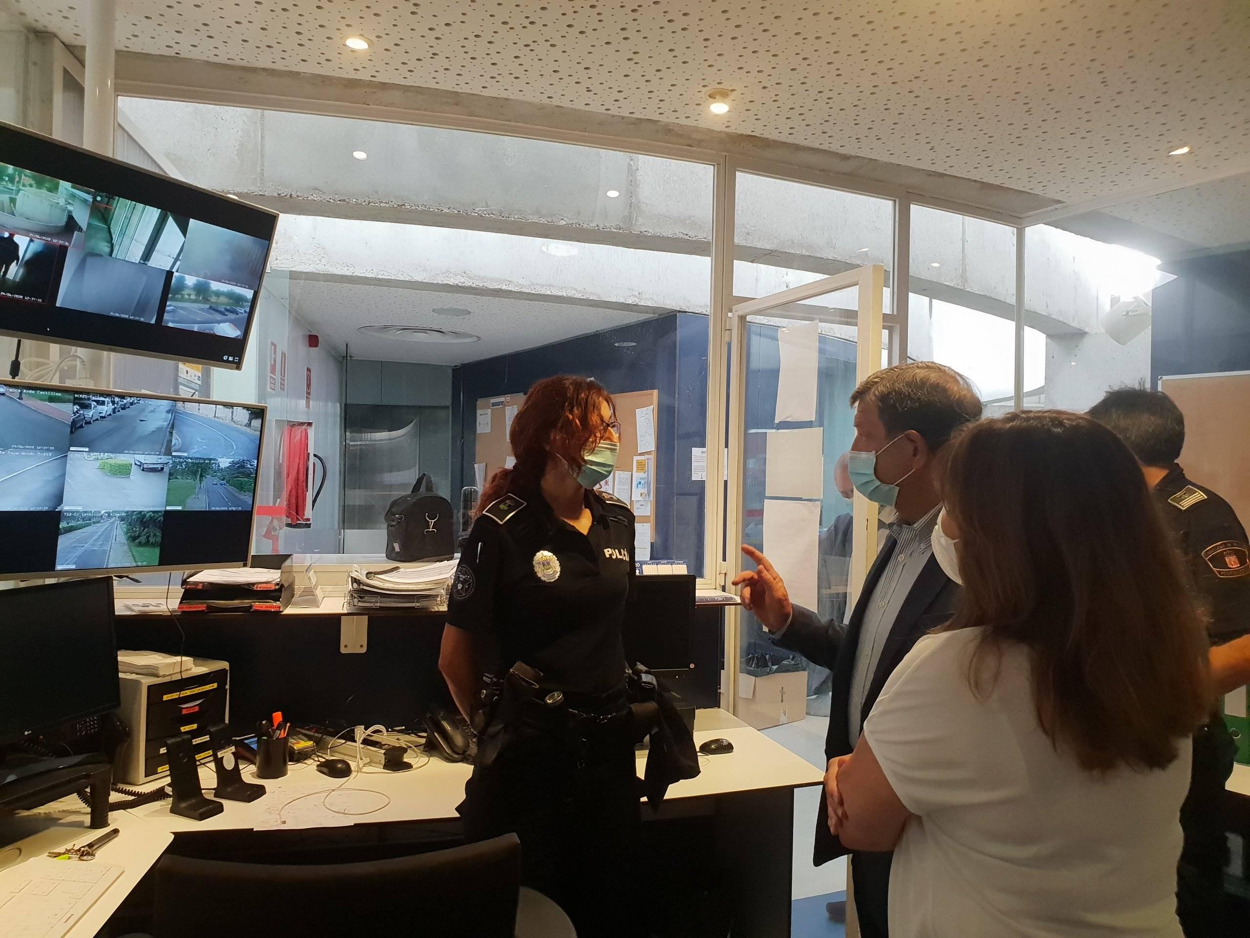 Durante la visita, el regidor villanovense ha estado acompañado de la concejala de Seguridad, Julia Tortosa. entre otros.