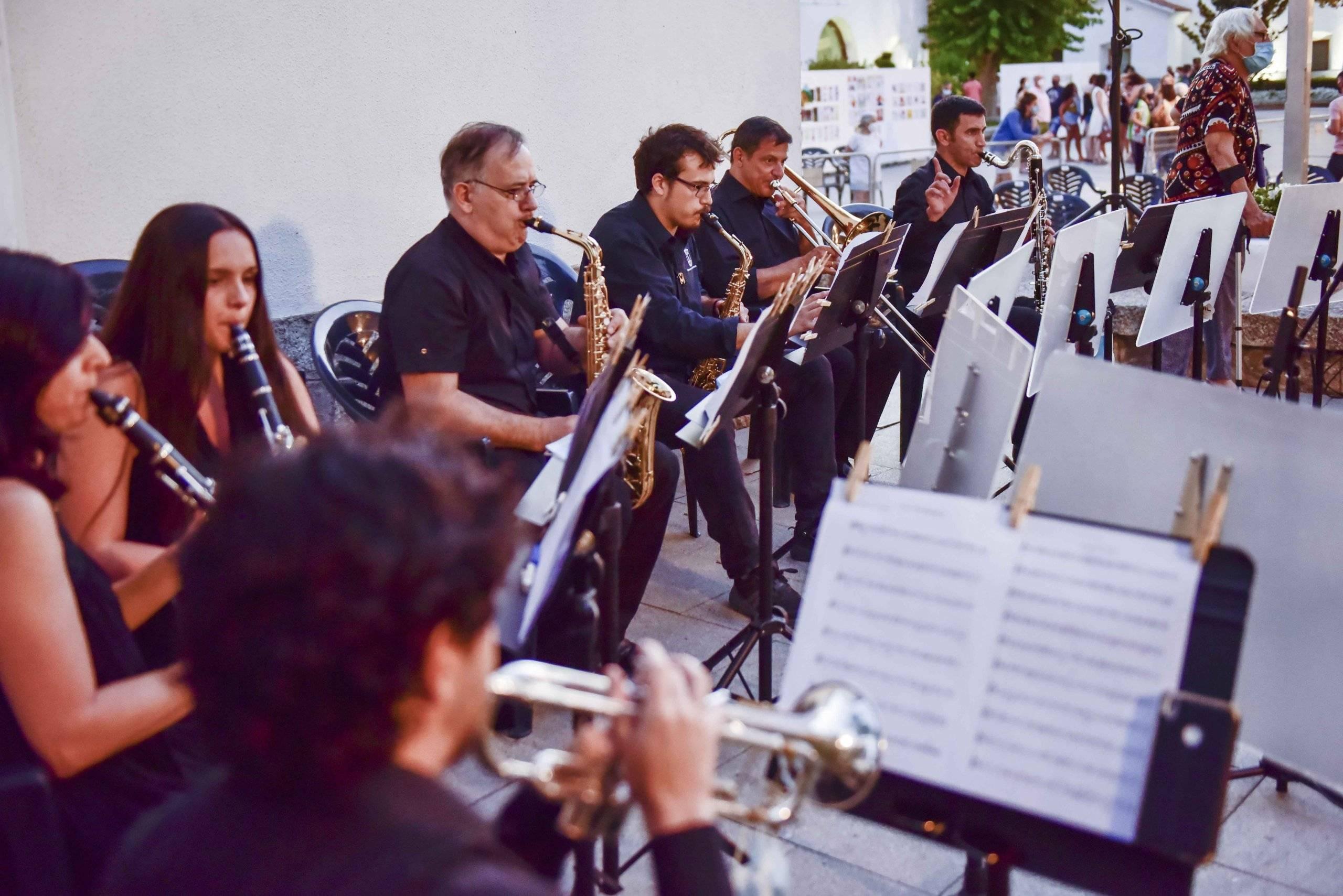 Agrupación de profesores y alumnos y profesores de la Escuela Municipal de Música y Danza interpretando distintas obras musicales.