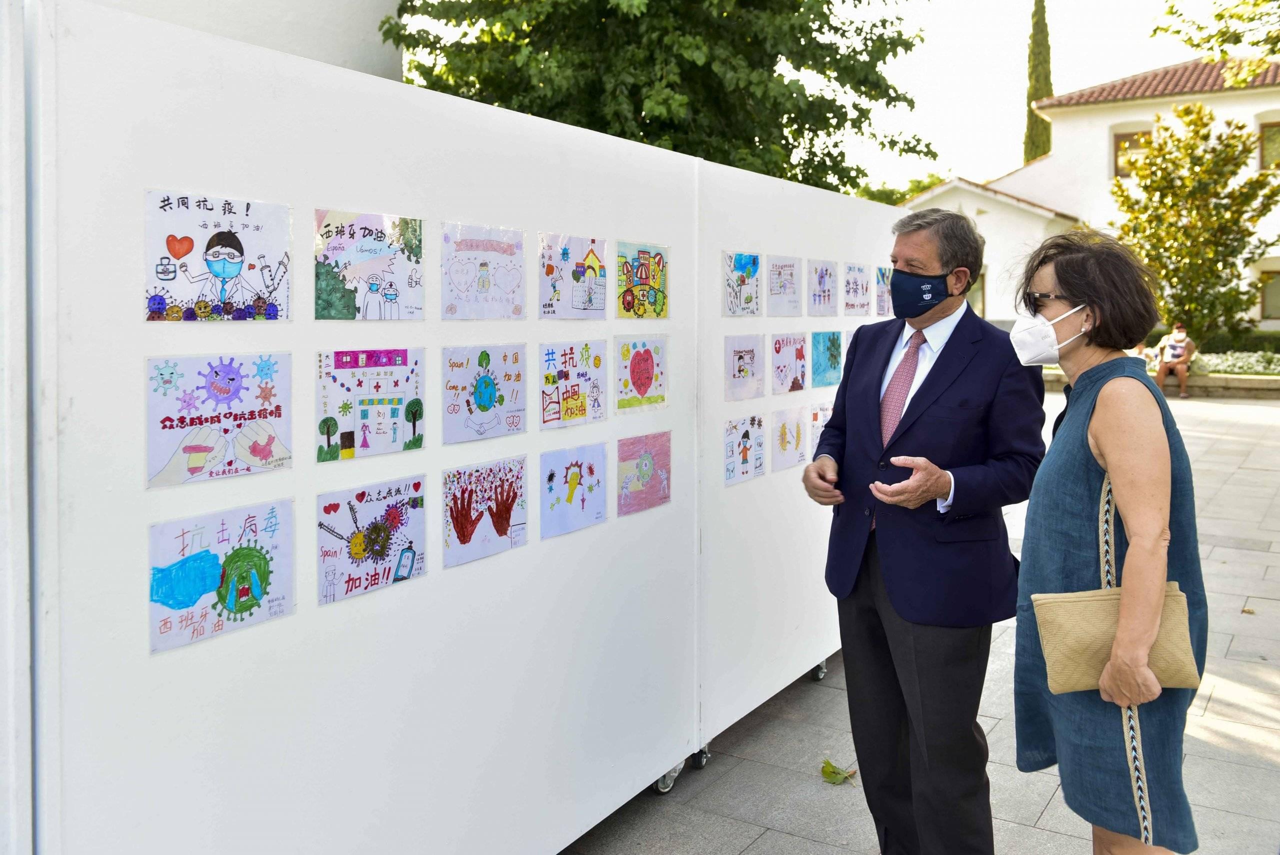 El alcalde, Luis Partida, visitando la exposición de dibujos realizados por escolares de China.