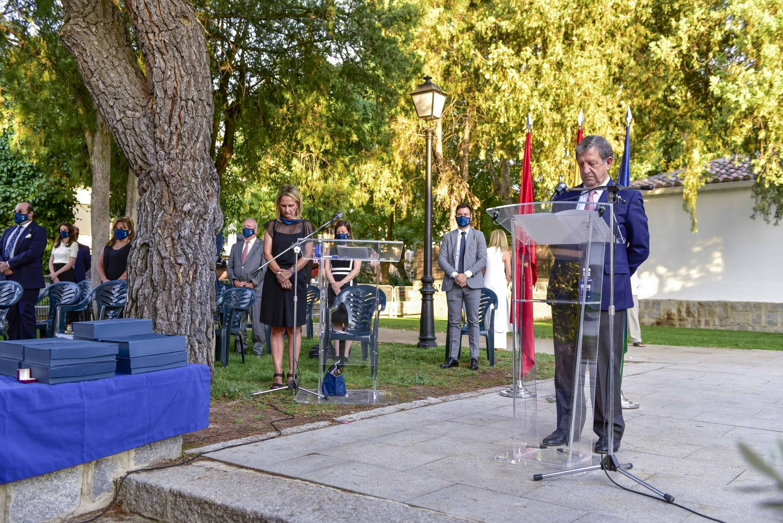 El alcalde, Luis Partida, durante el minuto de silencio en homenaje y recuerdo de las víctimas del coronavirus.