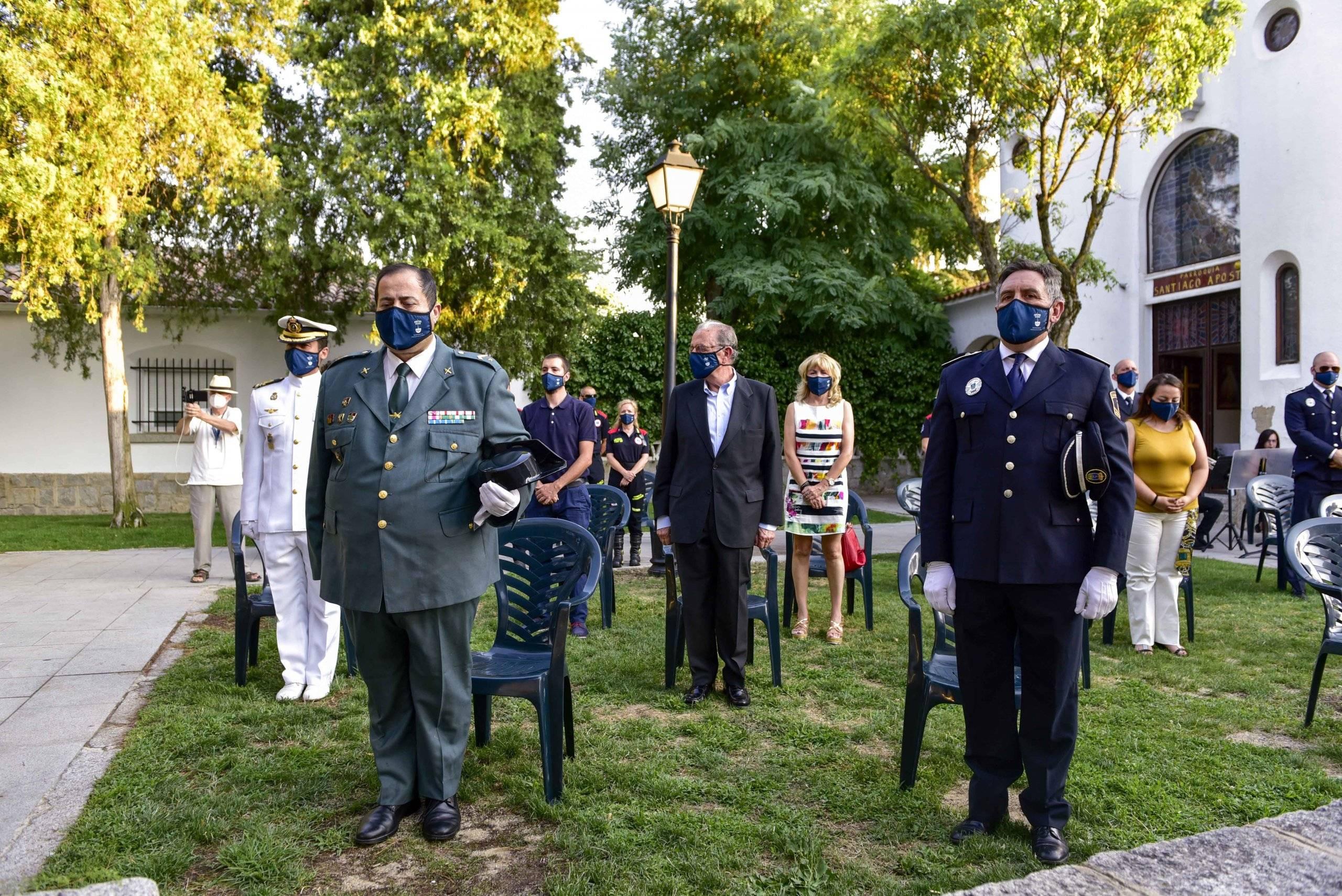 Autoridades locales durante el minuto de silencio en homenaje y recuerdo de las víctimas del coronavirus.
