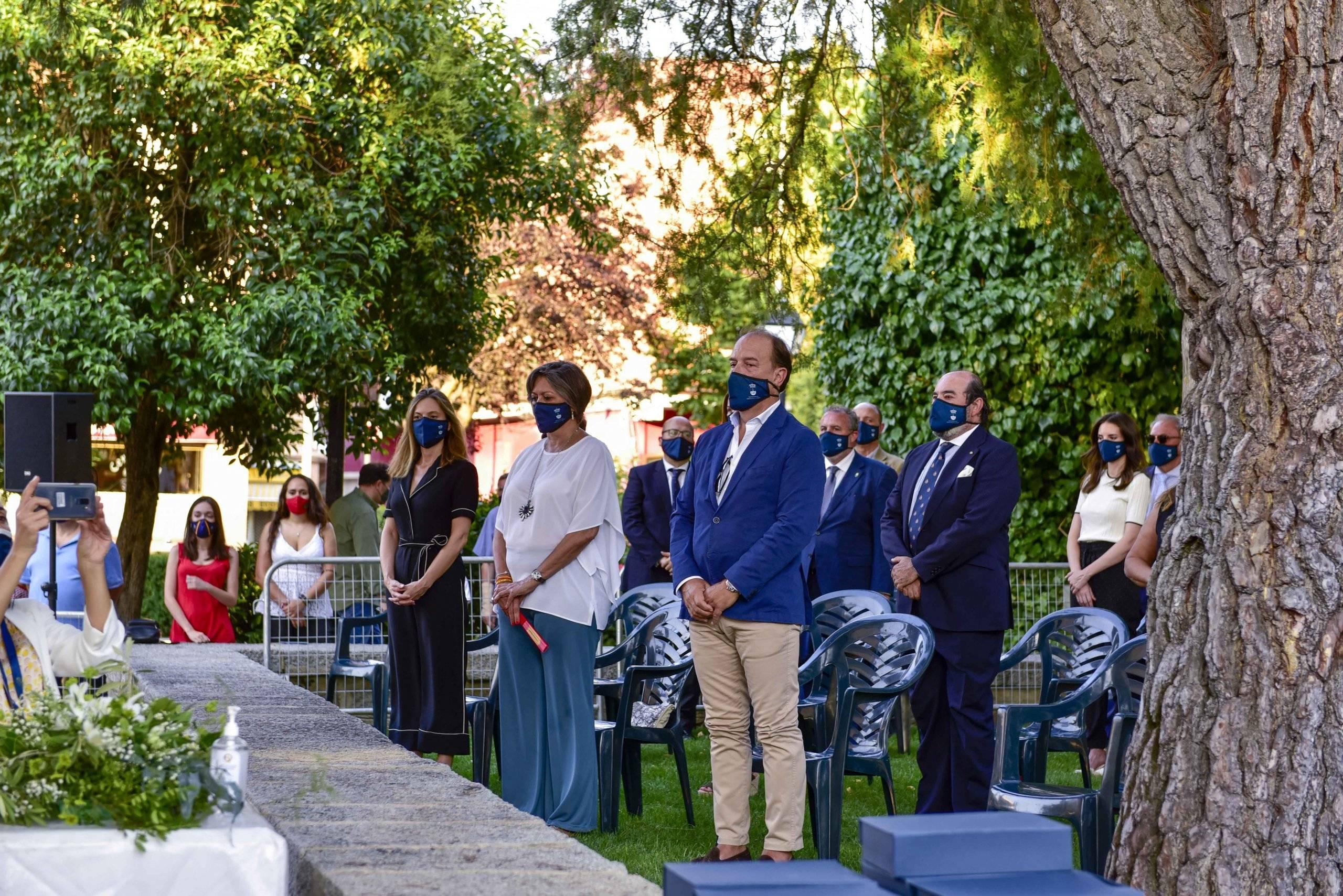 Miembros de la Corporación Municipal durante el minuto de silencio en homenaje y recuerdo de las víctimas del coronavirus.
