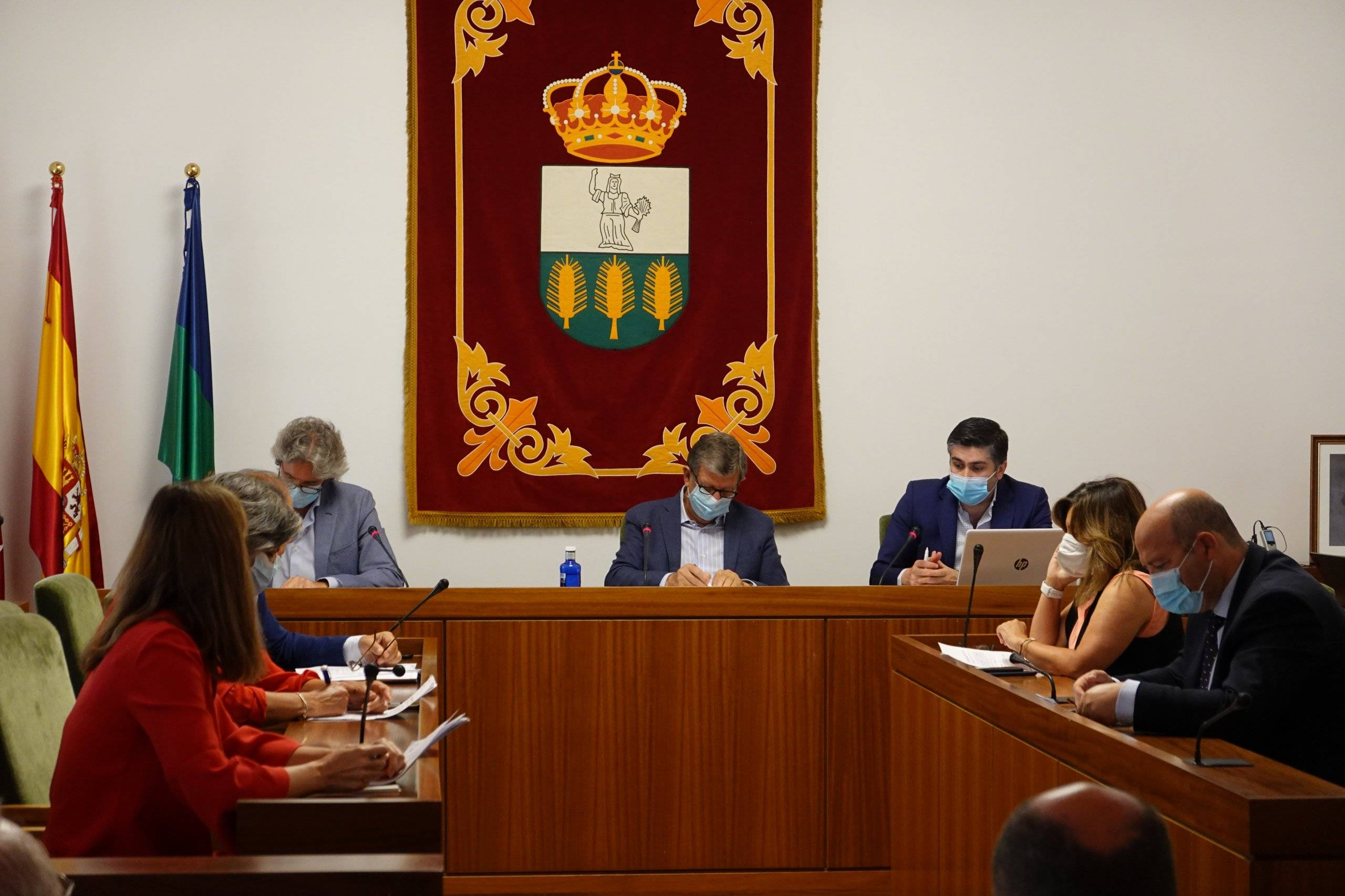 El alcalde, Luis Partida, junto al interventor y al secretario.