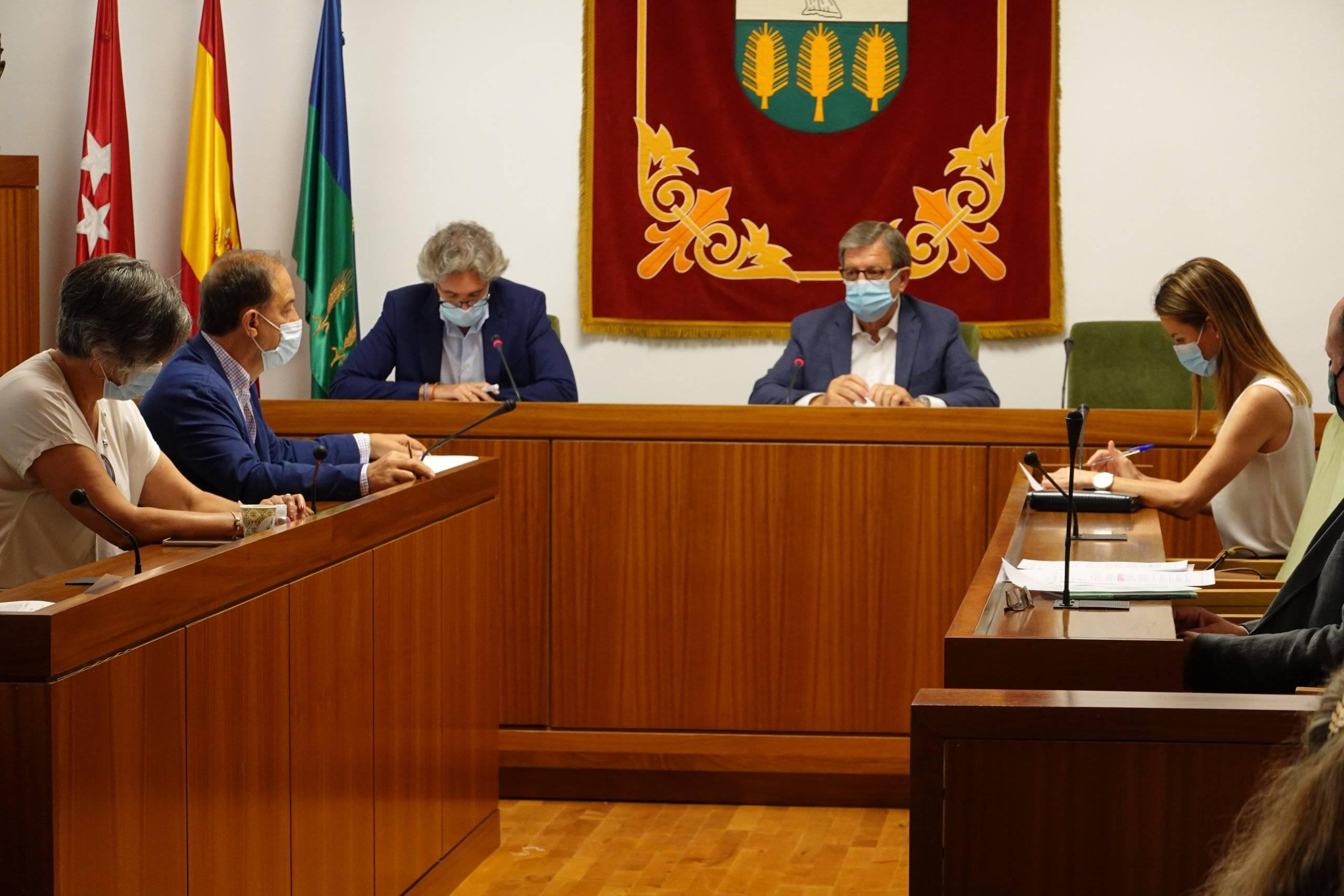 El alcalde, Luis Partida, junto al secretario y miembros de la Corporación Municipal.