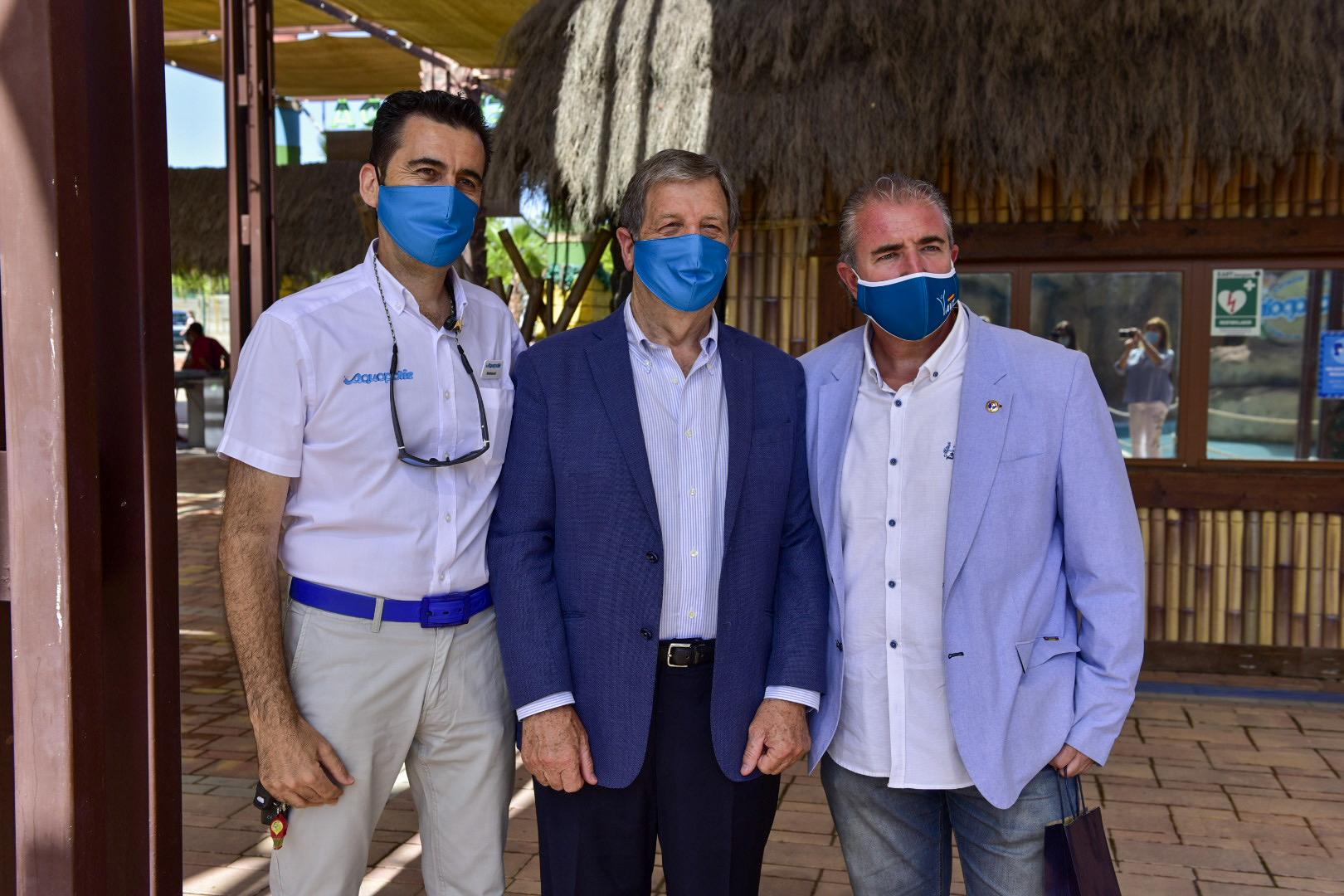 El alcalde, junto al gerente de Aquopolis, Mariano Valverde,, el consejero delegado de la AVT, M. Ángel Folguera.