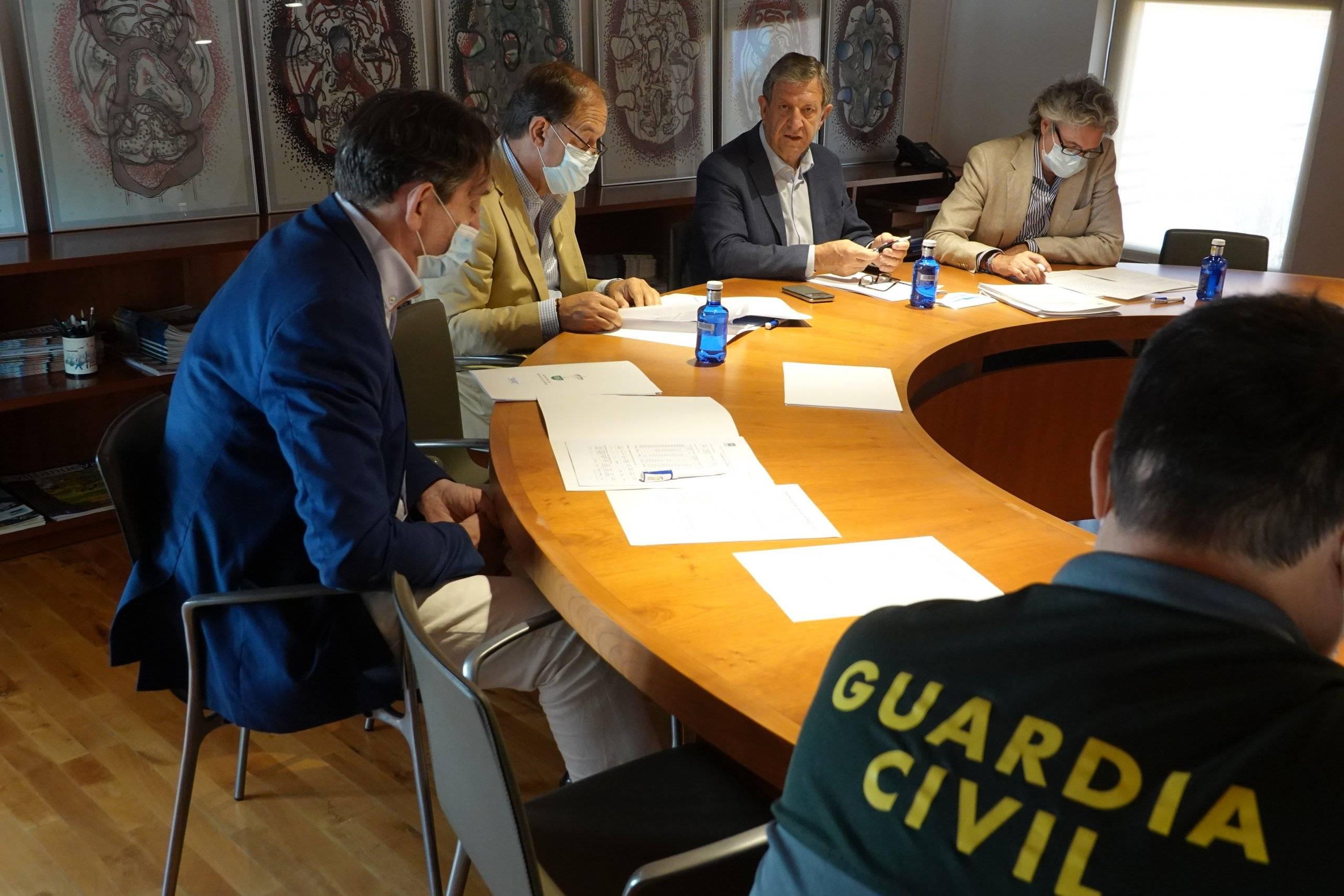 Autoridades locales acompañados por el jefe de área de Seguridad de la Comunidad de Madrid, Javier Hernández González.