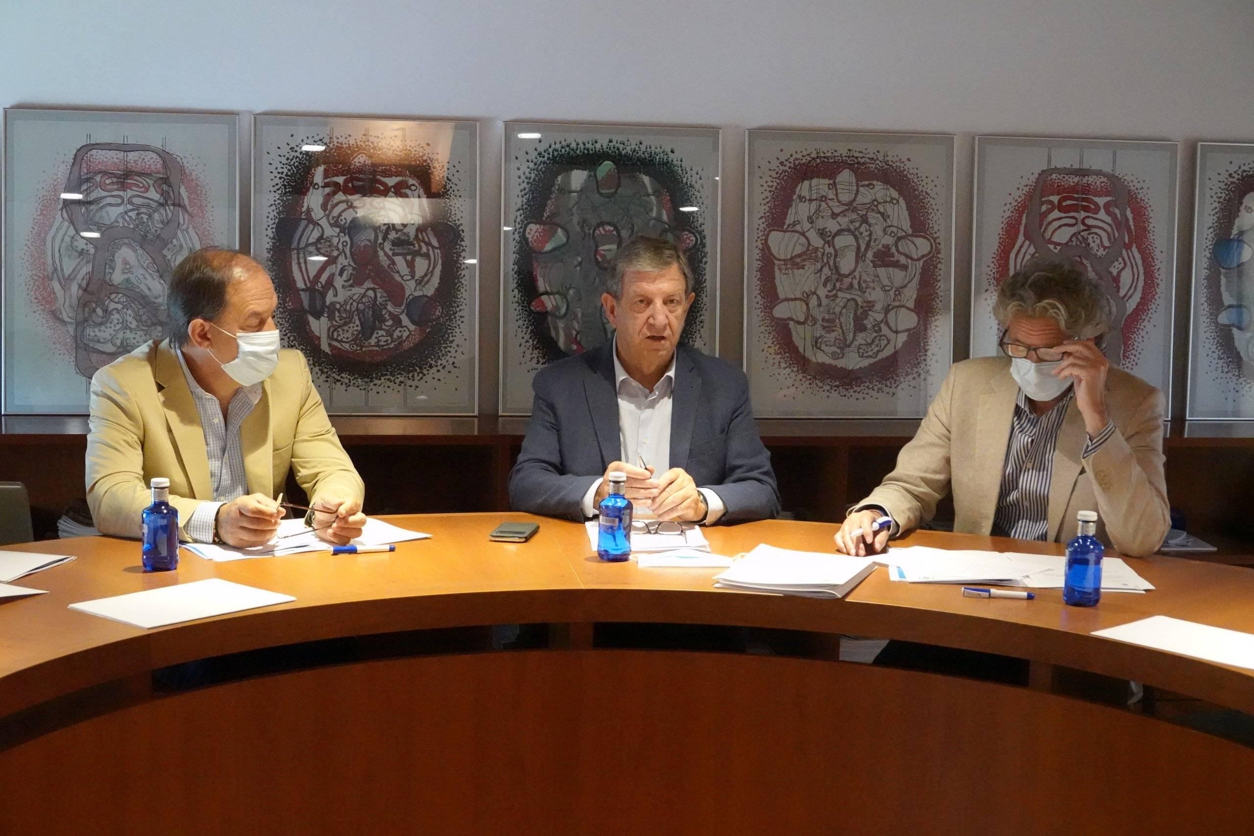 El alcalde, Luis Partida, junto al teniente de alcalde y el secretario del Ayuntamiento.