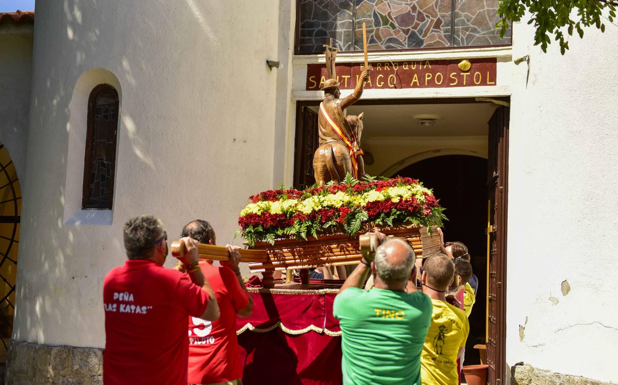 Representación de las peñas trasladando la talla del Santo.