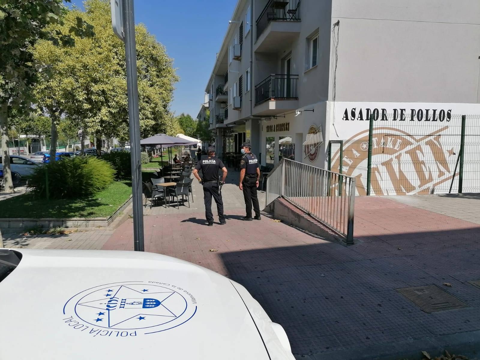 Agentes de Policía Local vigilando en una zona de terrazas.