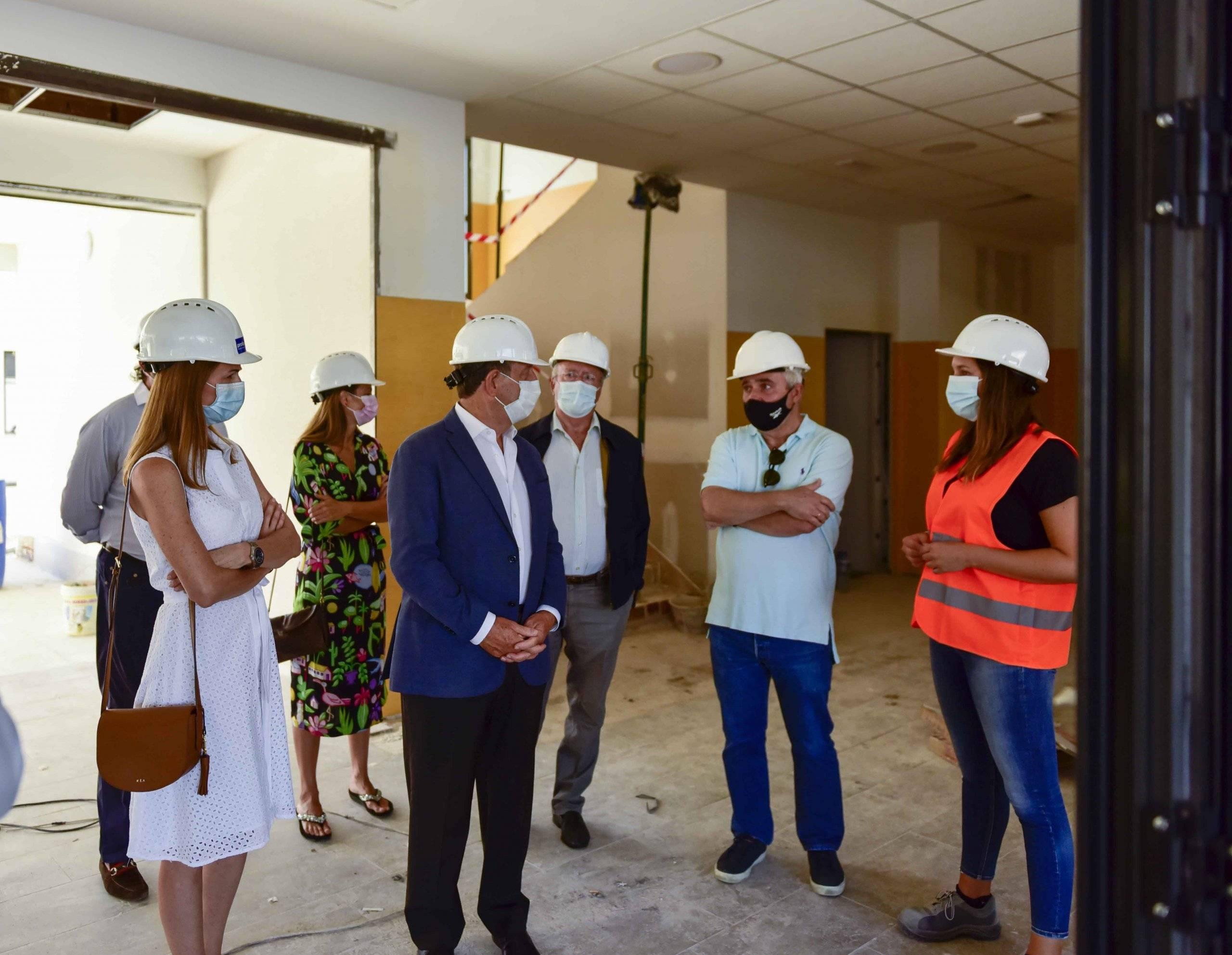 El regidor villanovense y concejales junto a la dirección facultativa de las obras y responsables de las empresas constructoras.