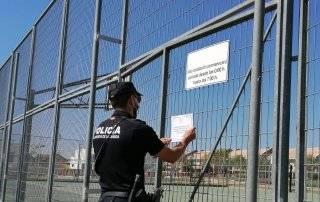 Policía Local colocando cartel con aviso de cierre de las pistas.