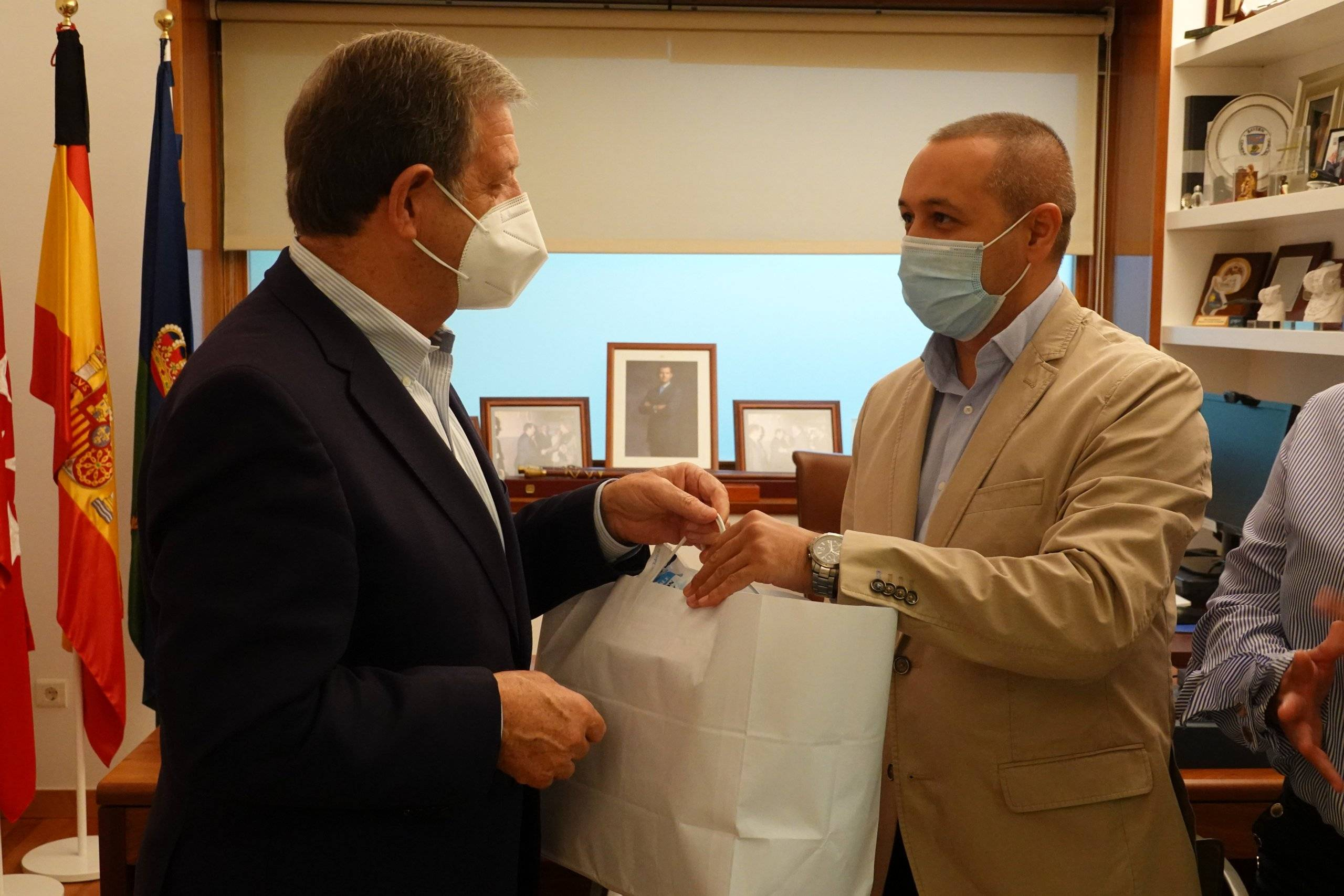 El alcalde, Luis Partida, hace entrega del lote de mascarillas al presidente de la asociación, Leonard Dumitrescu.