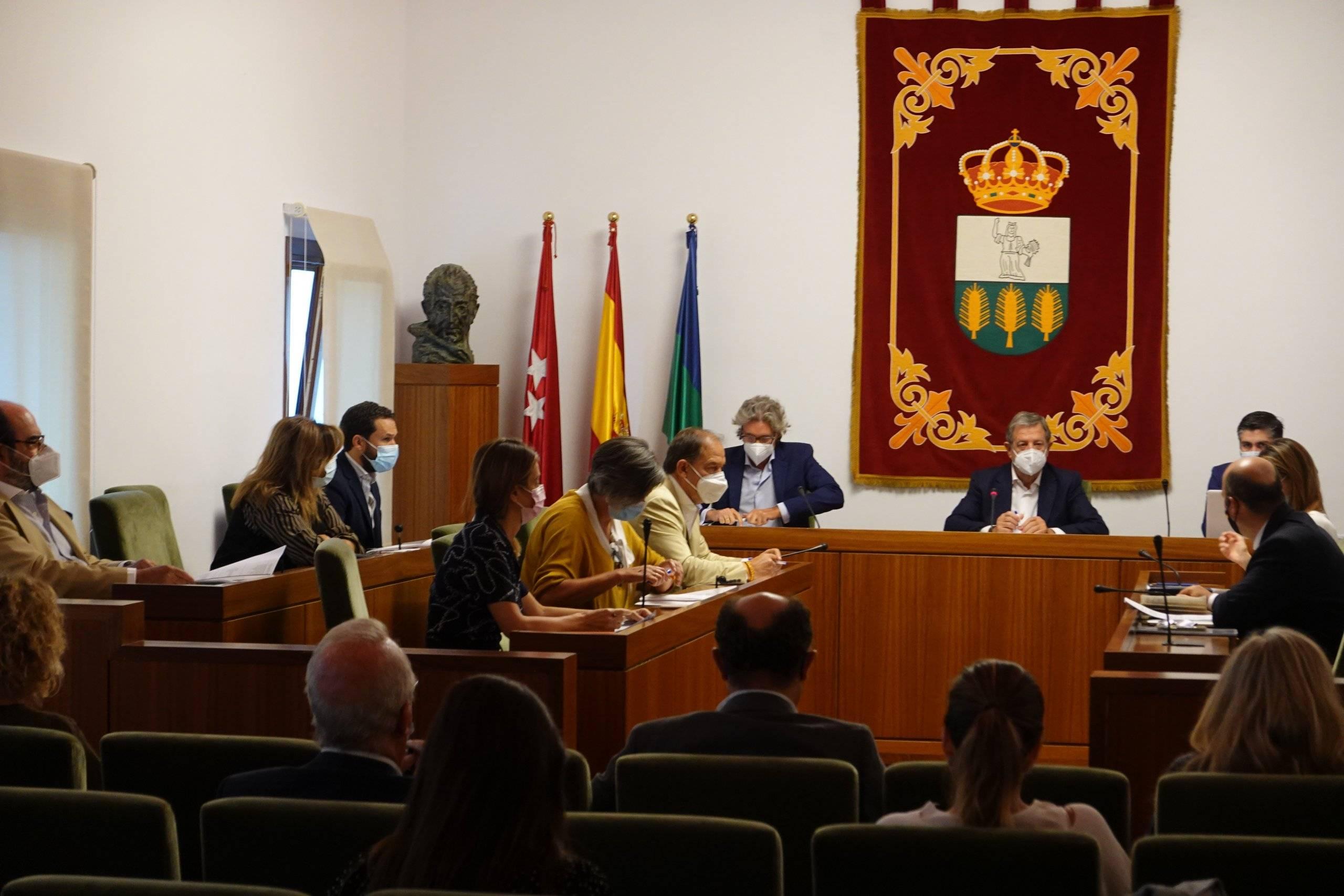 Alcalde y concejales en el pleno.