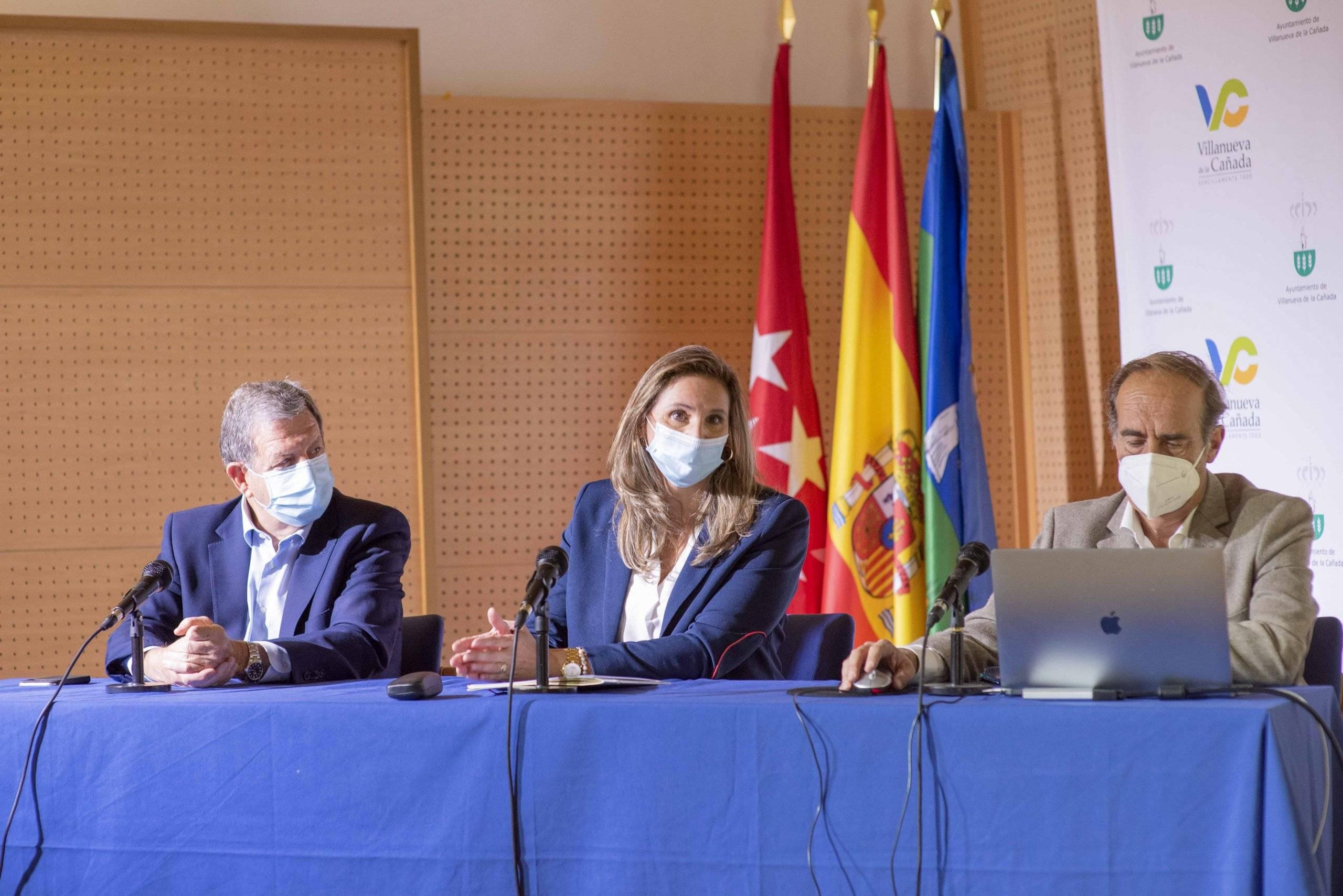 La consejera de Medio Ambiente, Paloma Martín, junto el alcalde, Luis Partida, y director general del Suelo, J. José de Gracia.