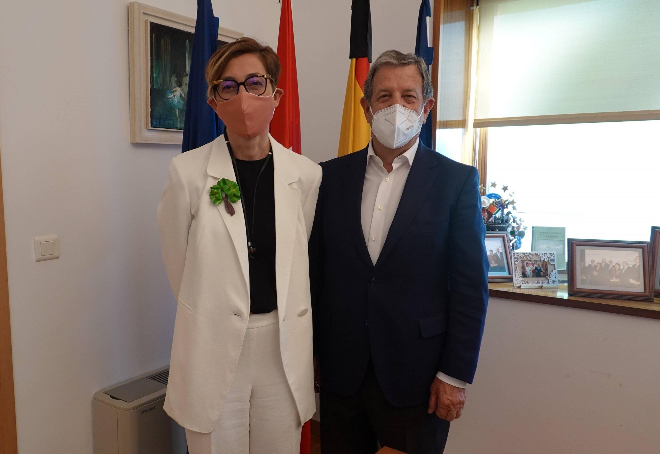 El alcalde, Luis Partida, junto a la nueva rectora, Isabel Fernández.