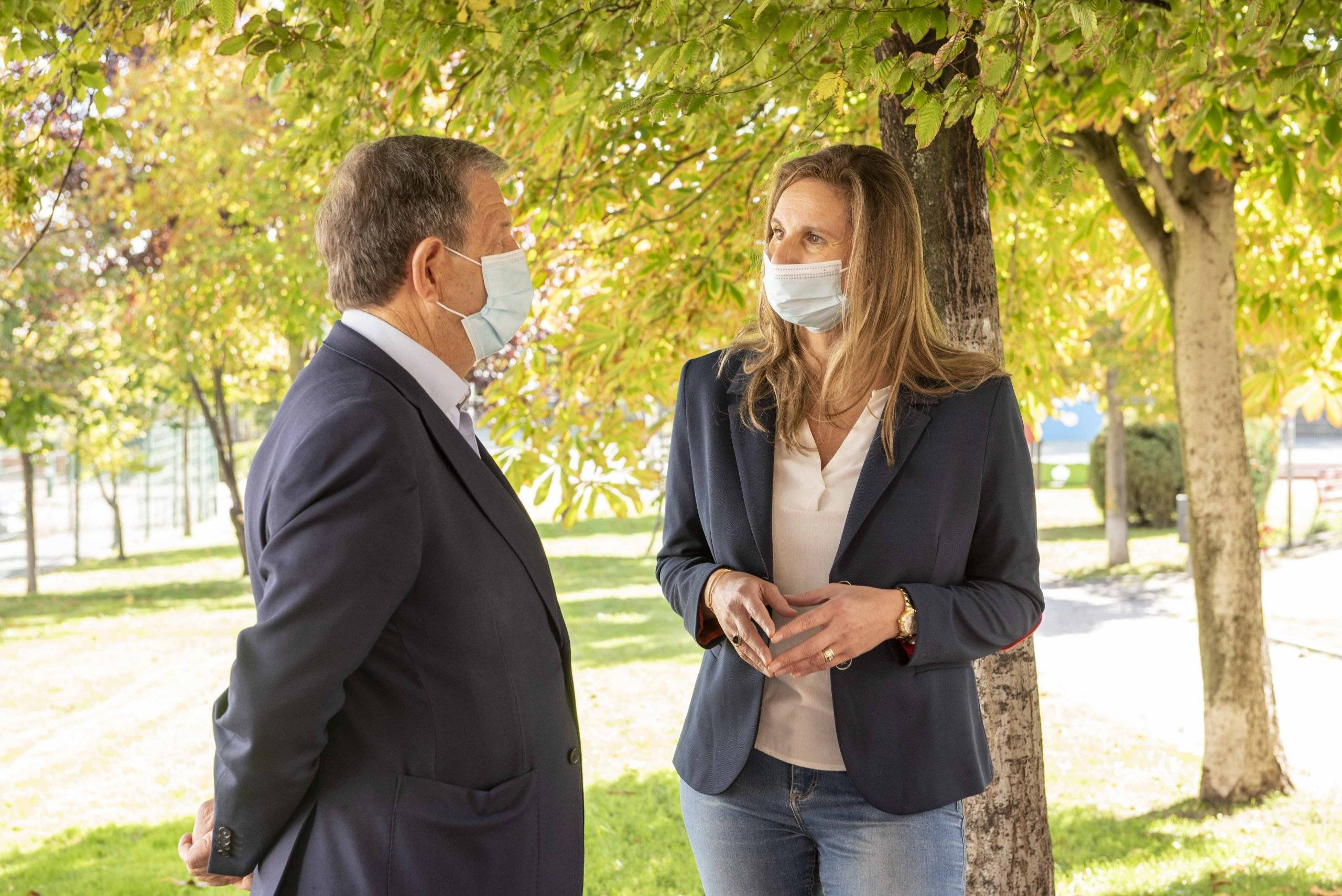 El alcalde, Luis Partida, conversando con la consejera de Medio Ambiente, Paloma Martín.