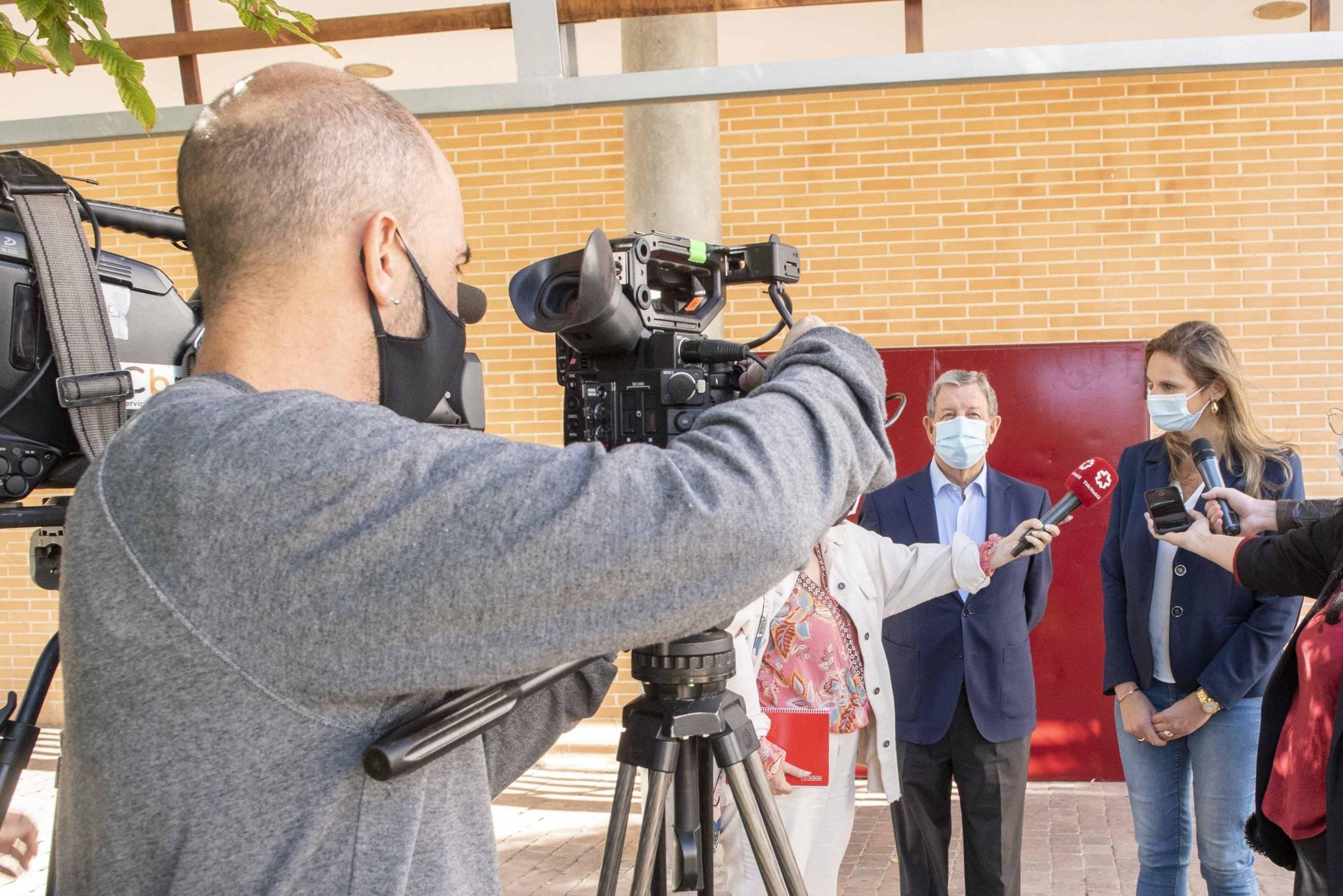 La consejera de Medio Ambiente, acompañada por el alcalde, haciendo declaraciones a los medios de comunicación.