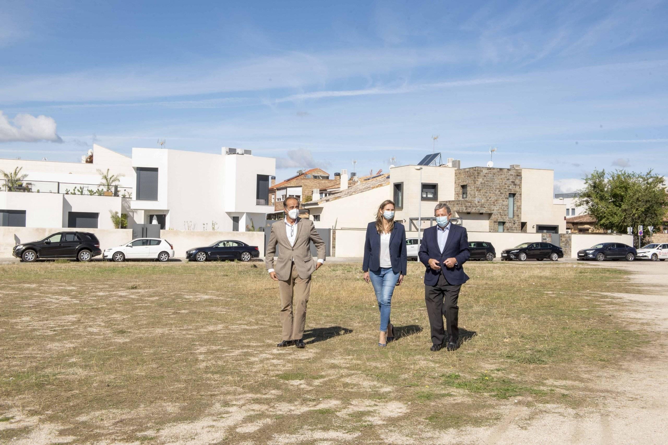 La consejera de Medio Ambiente, el alcalde y el director general del Suelo, visitando una parcela municipal.