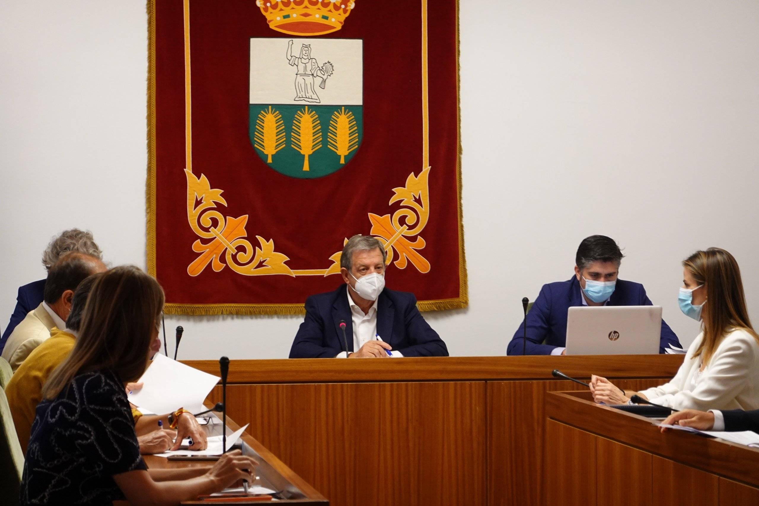 Alcalde y miembros de la Corporación Municipal.