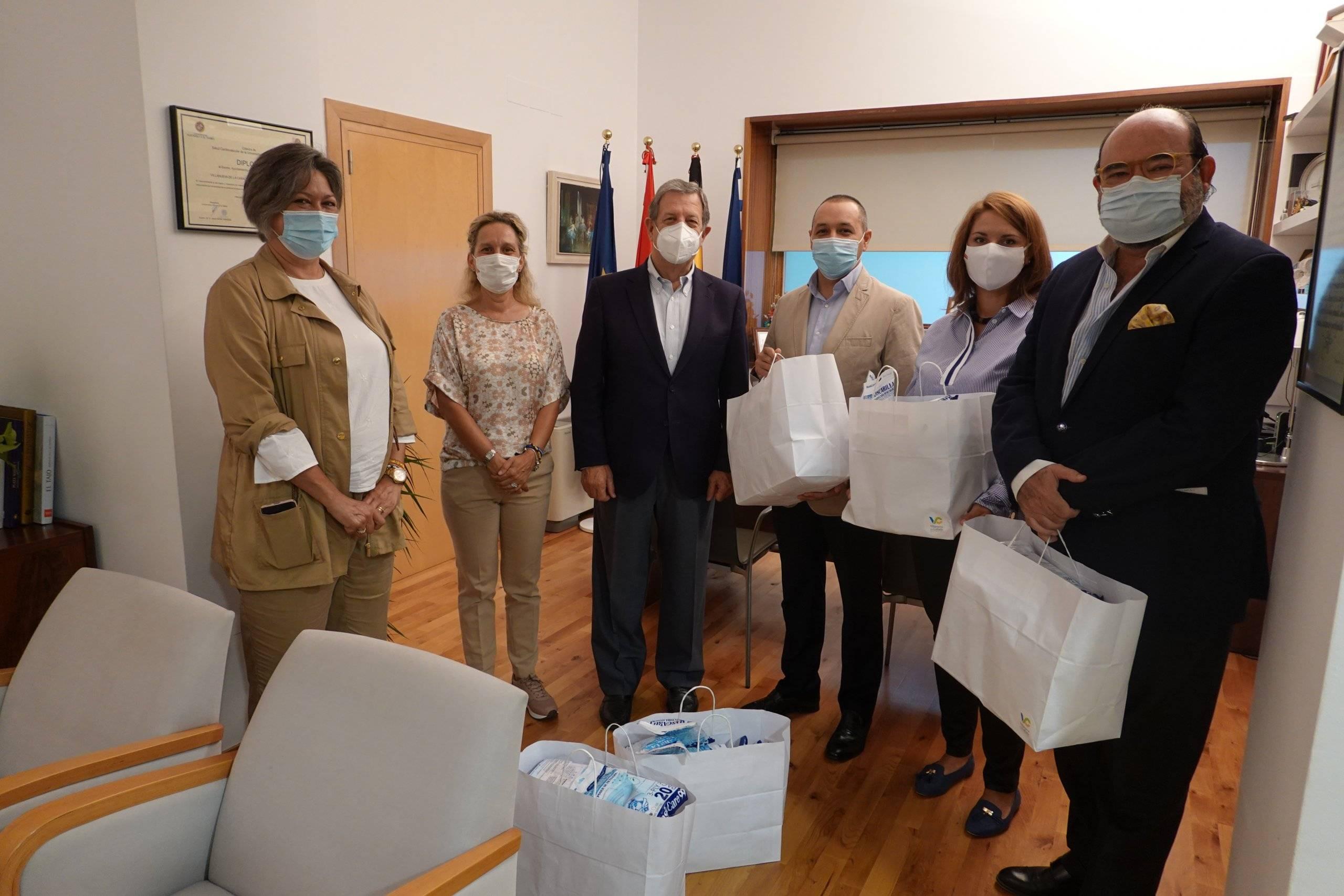 El alcalde y concejales junto a miembros de la asociación.