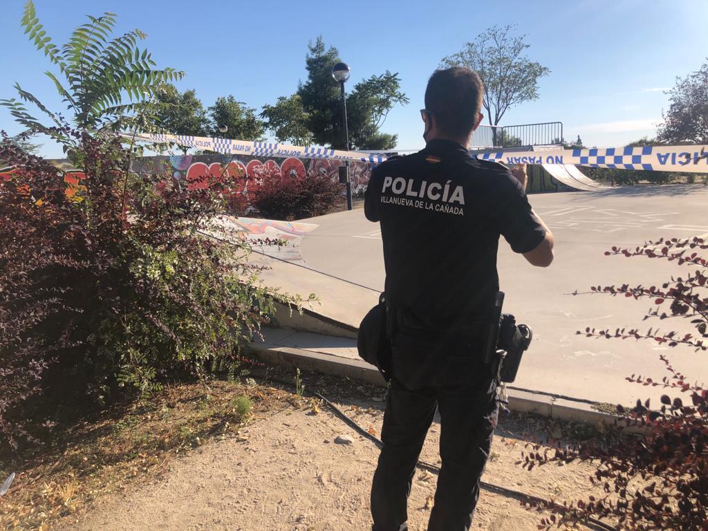 Agente de Policía Local precintando el skatepark.