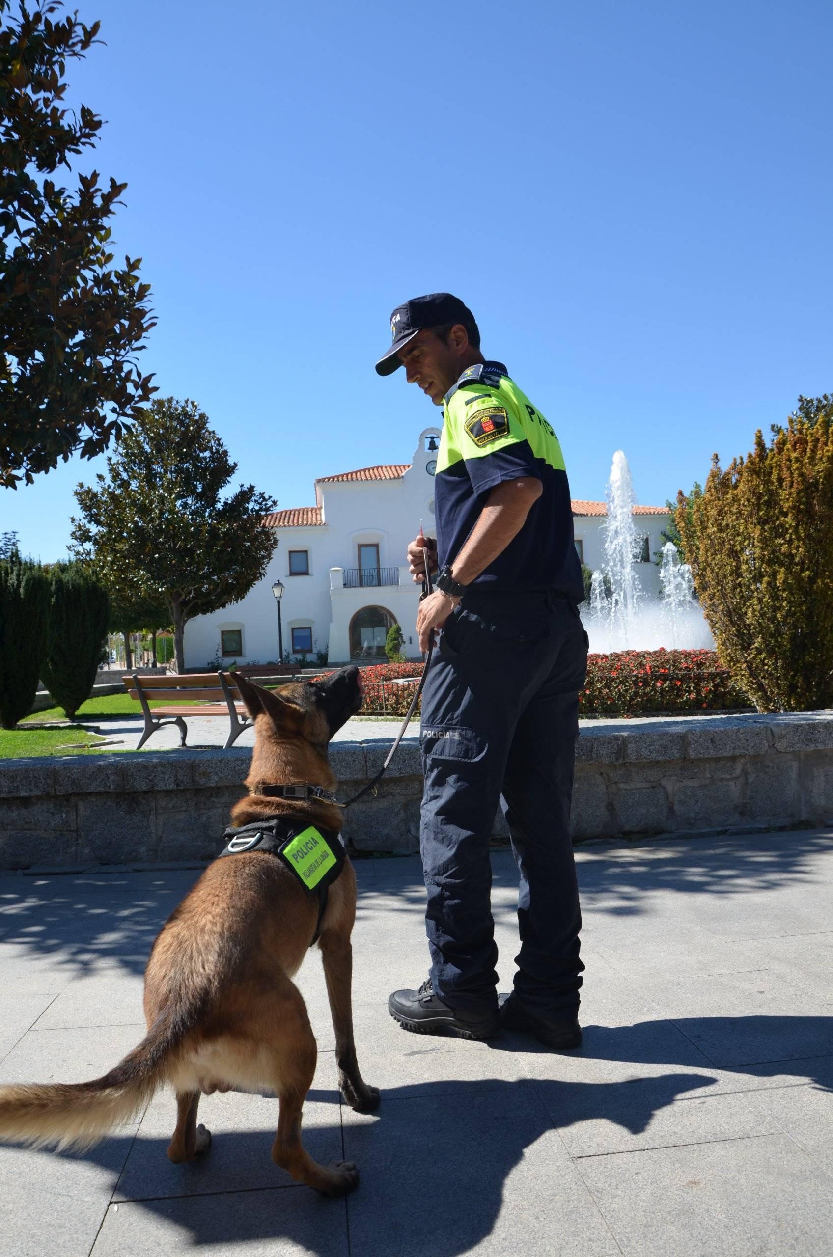 El perro policía junto a su compañero Pascual.