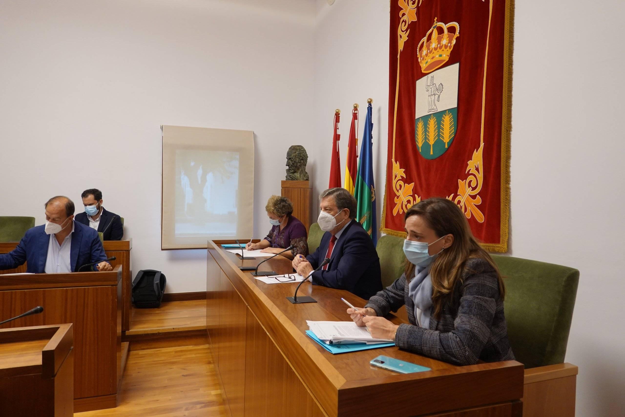 El alcalde, Luis Partida, presidiendo el Pleno.