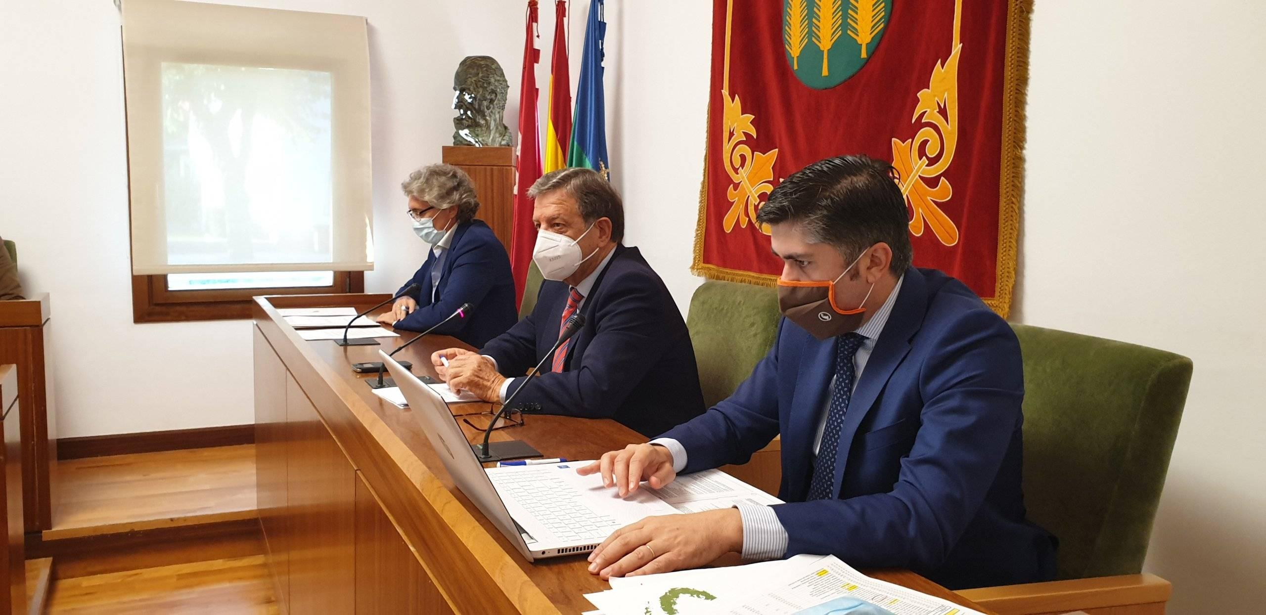 El alcalde junto al secretario y el interventor del Ayuntamiento.
