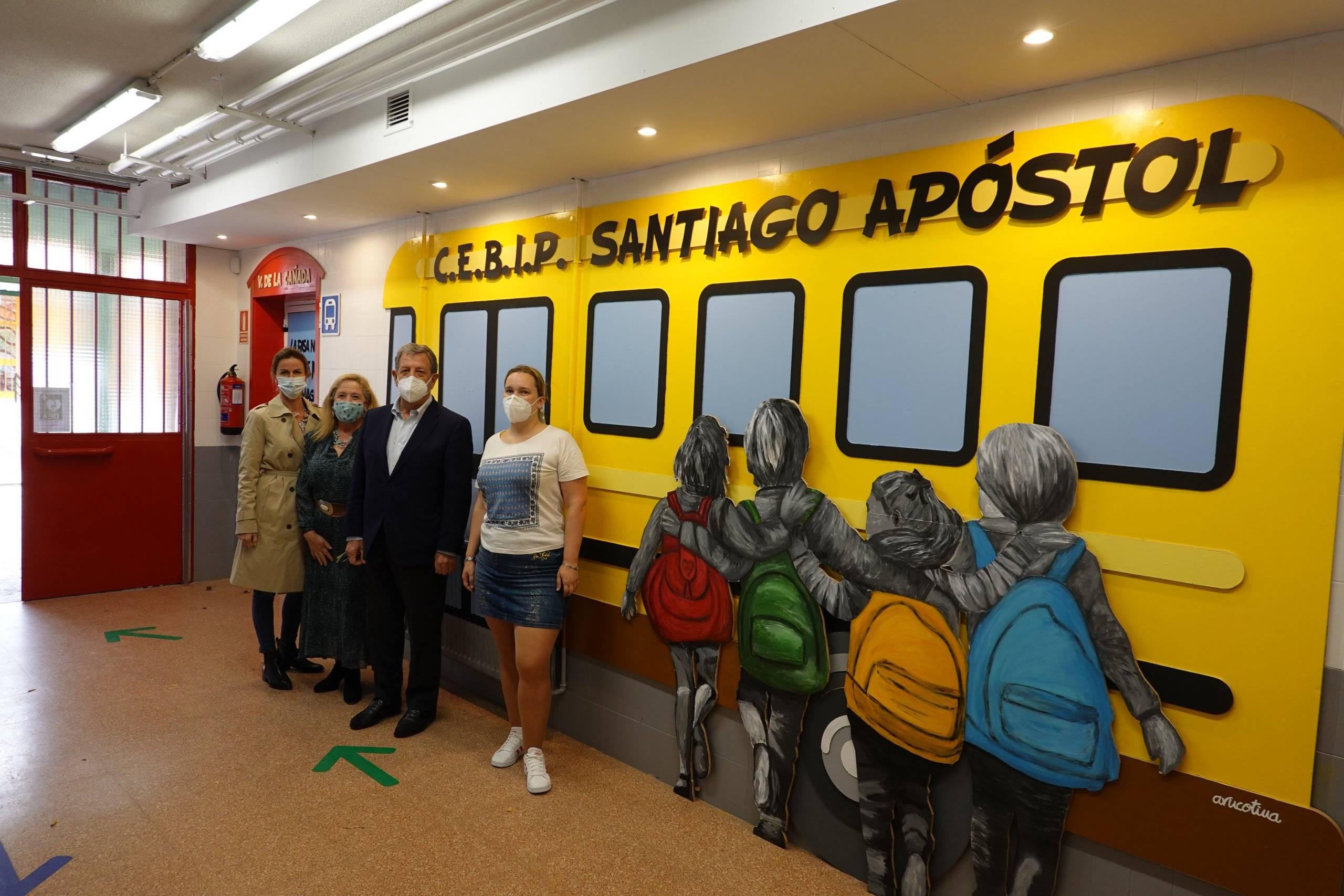 El alcalde y la concejala de Educación junto a la directora y la jefa de estudios del centro.