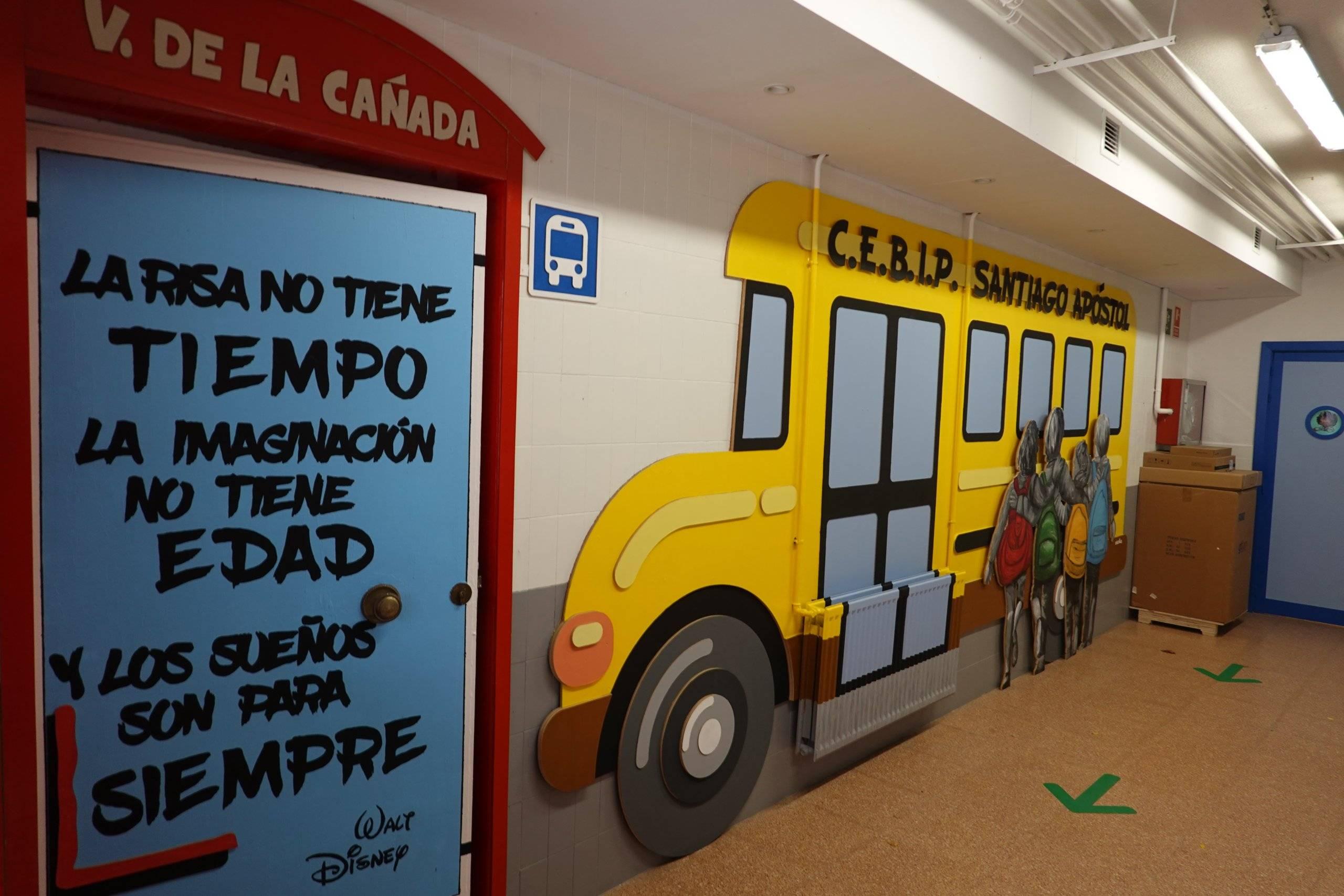 Mural de la entrada del colegio Santiago Apóstol.