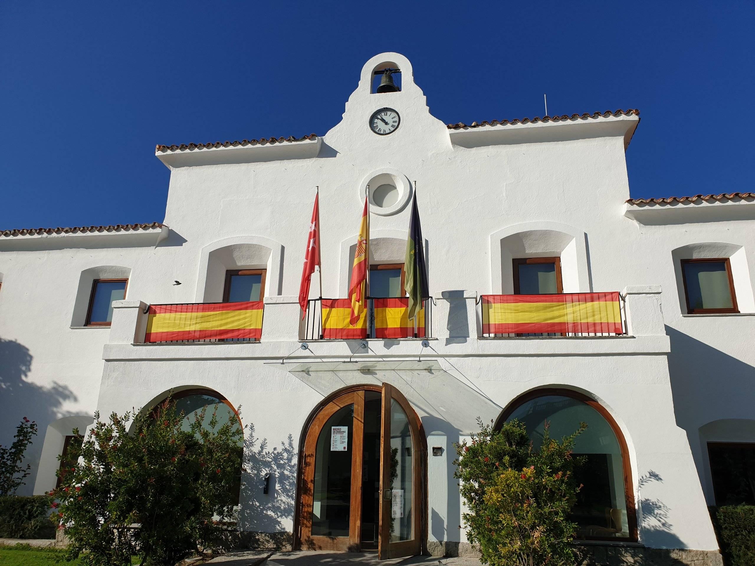 El edificio del antiguo Ayuntamiento con las banderas.