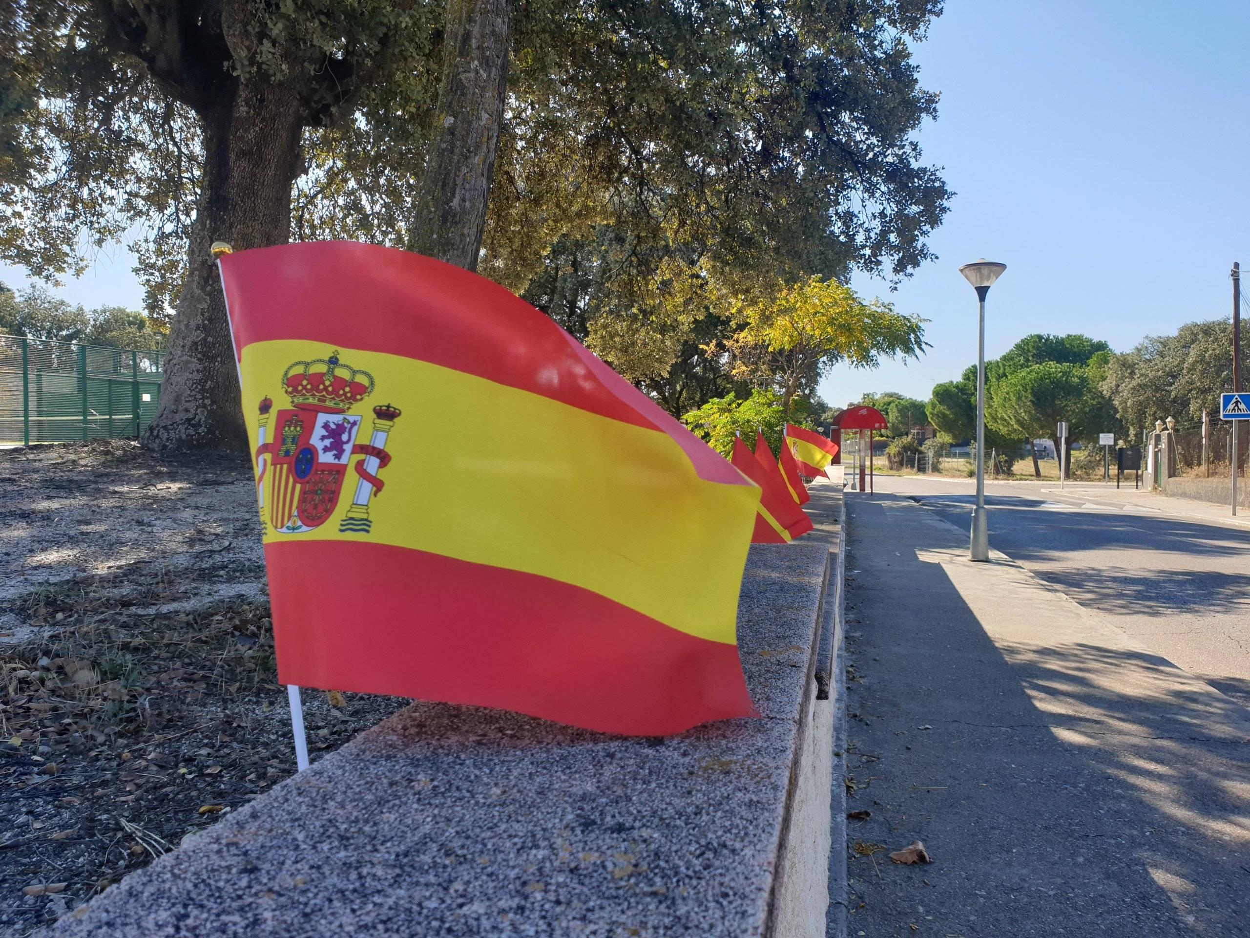 Banderas de España en La Raya del Palancar.