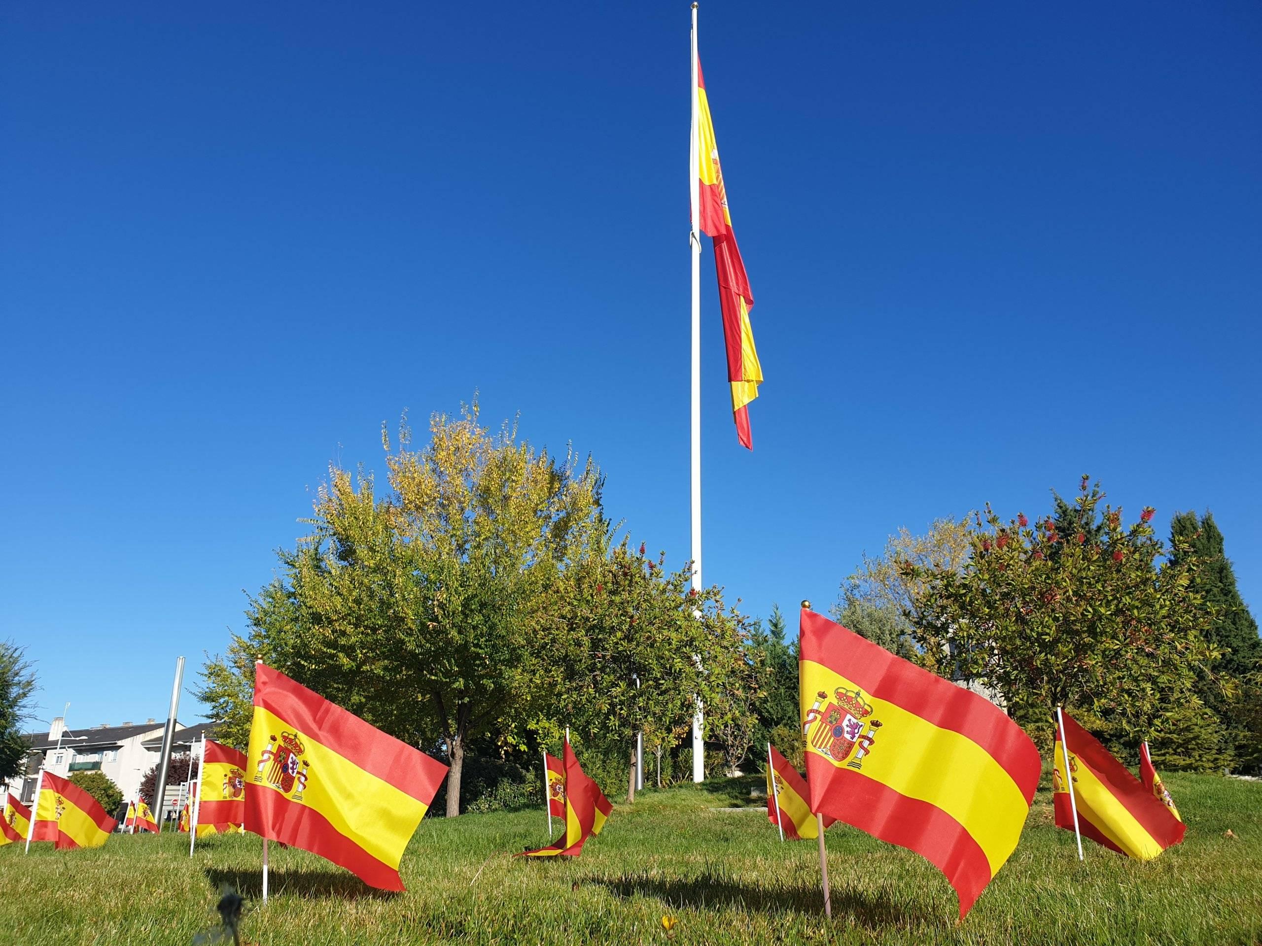 Banderas de España en la Glorieta Víctimas del Terrorismo.