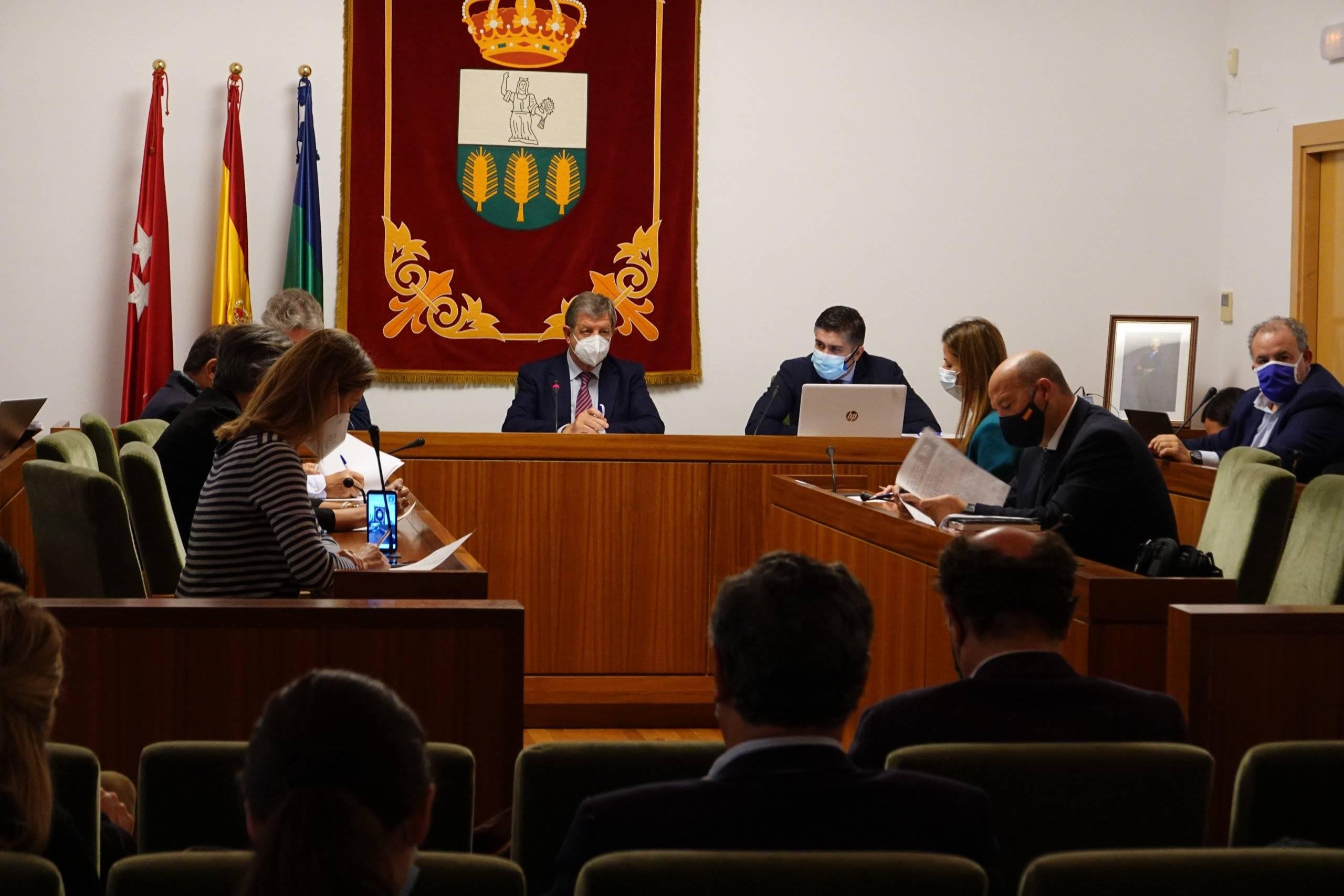 El alcalde, Luis Partida, junto al interventor y concejales.