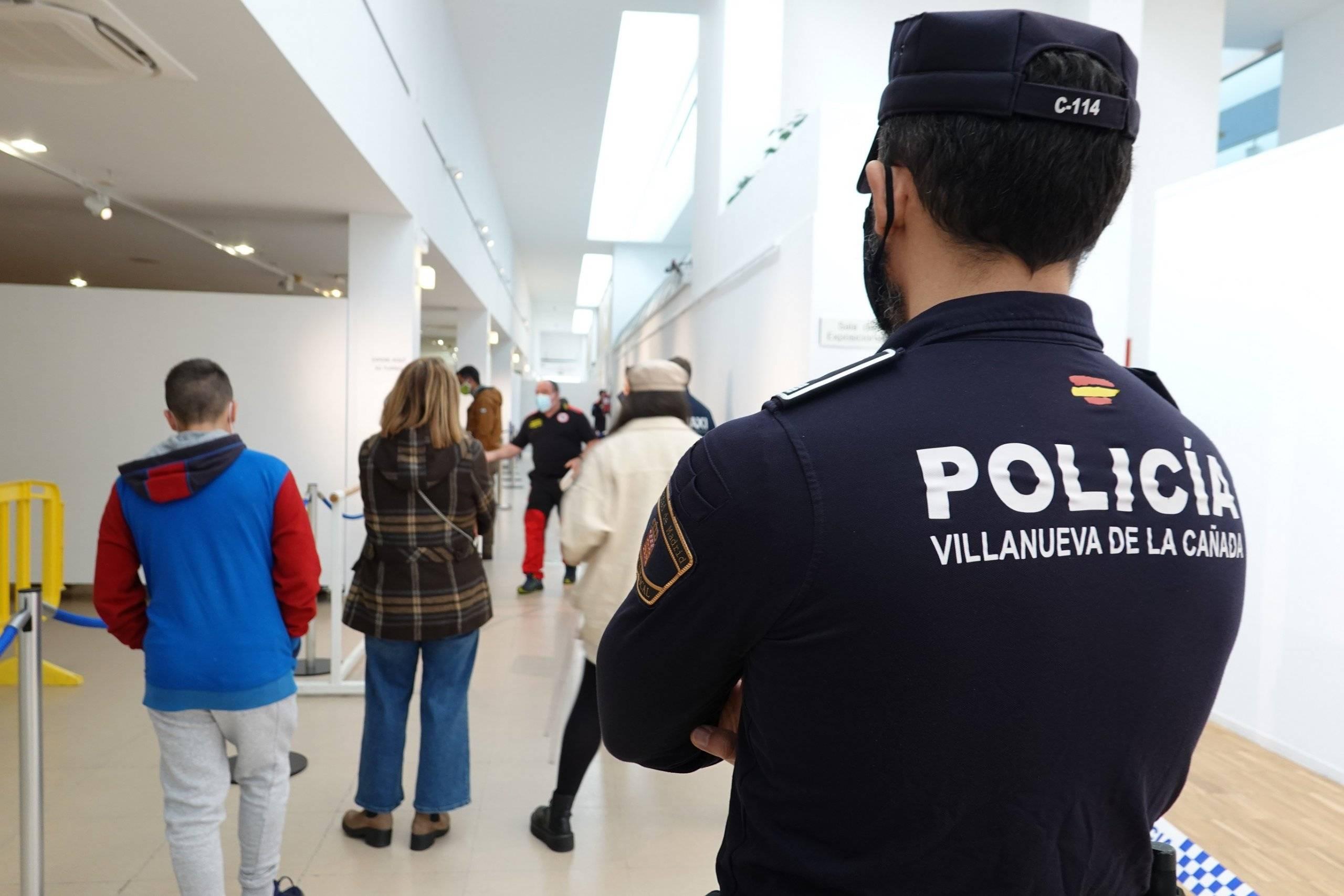Efectivos de la Policía Local en el Centro Cultural La Despernada.