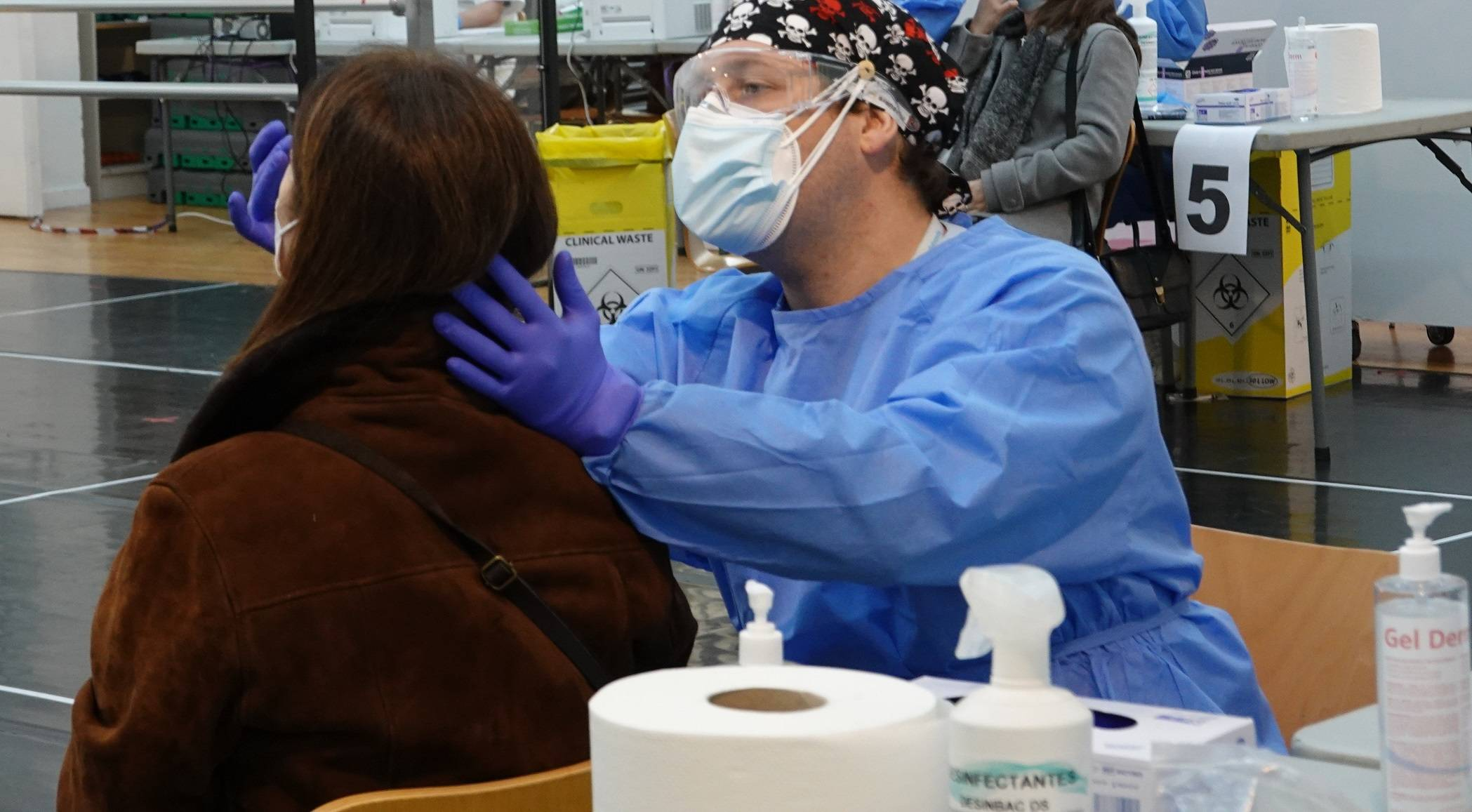 Uno de los sanitarios realizando el test.
