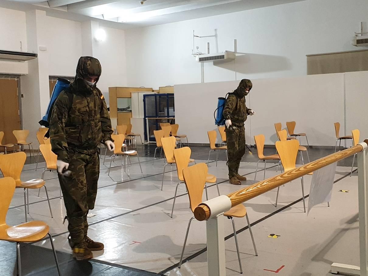 Miembros de la Brigada Paracaidista del Ejército de Tierra desinfectando las instalaciones.
