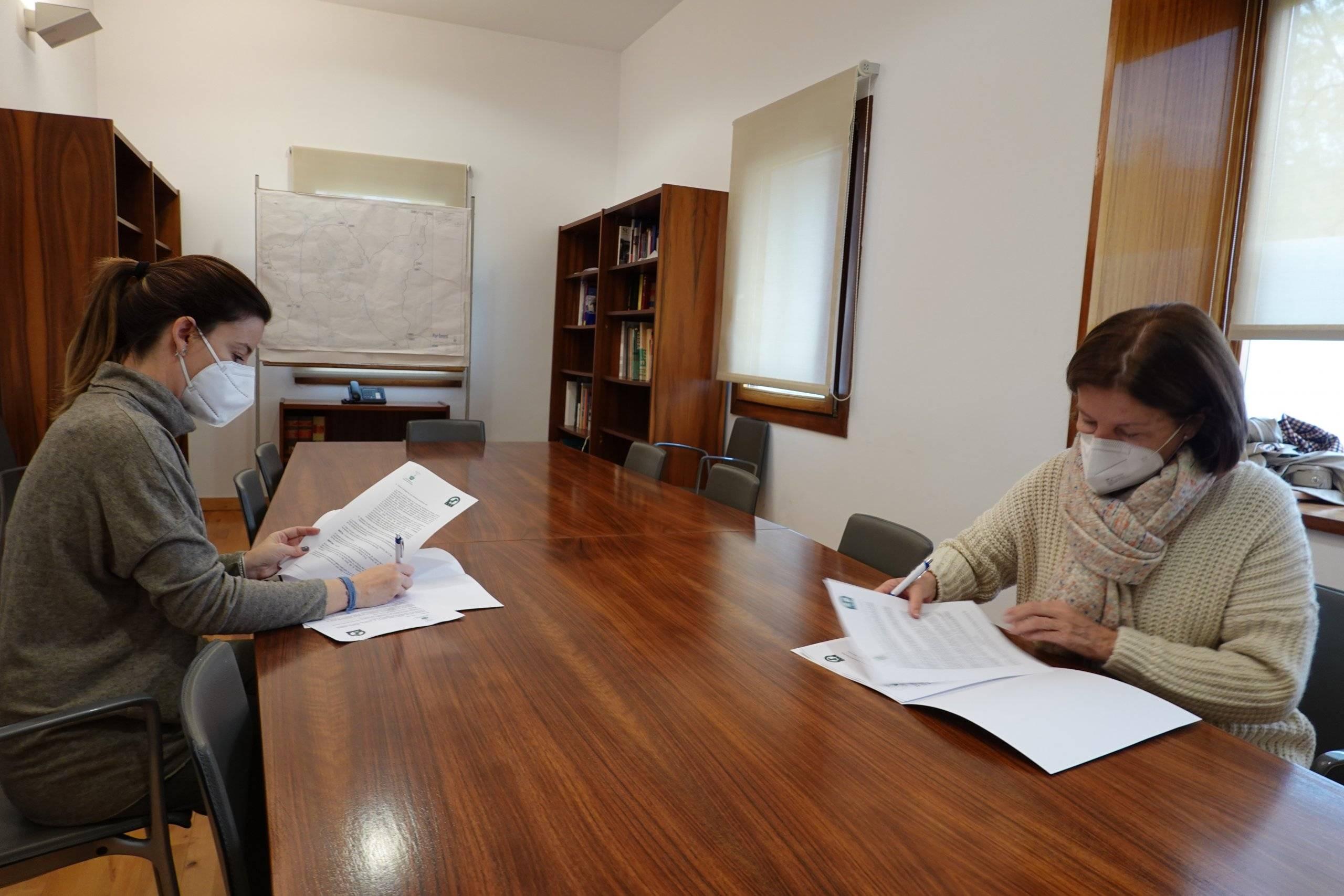 La concejala de Salud, Consumo y Bienestar Animal, Beatriz Peralta, con la vicepresidenta de la Fundación Ayuda a los Animales, Mercedes Marsán Galdón durante la firma.
