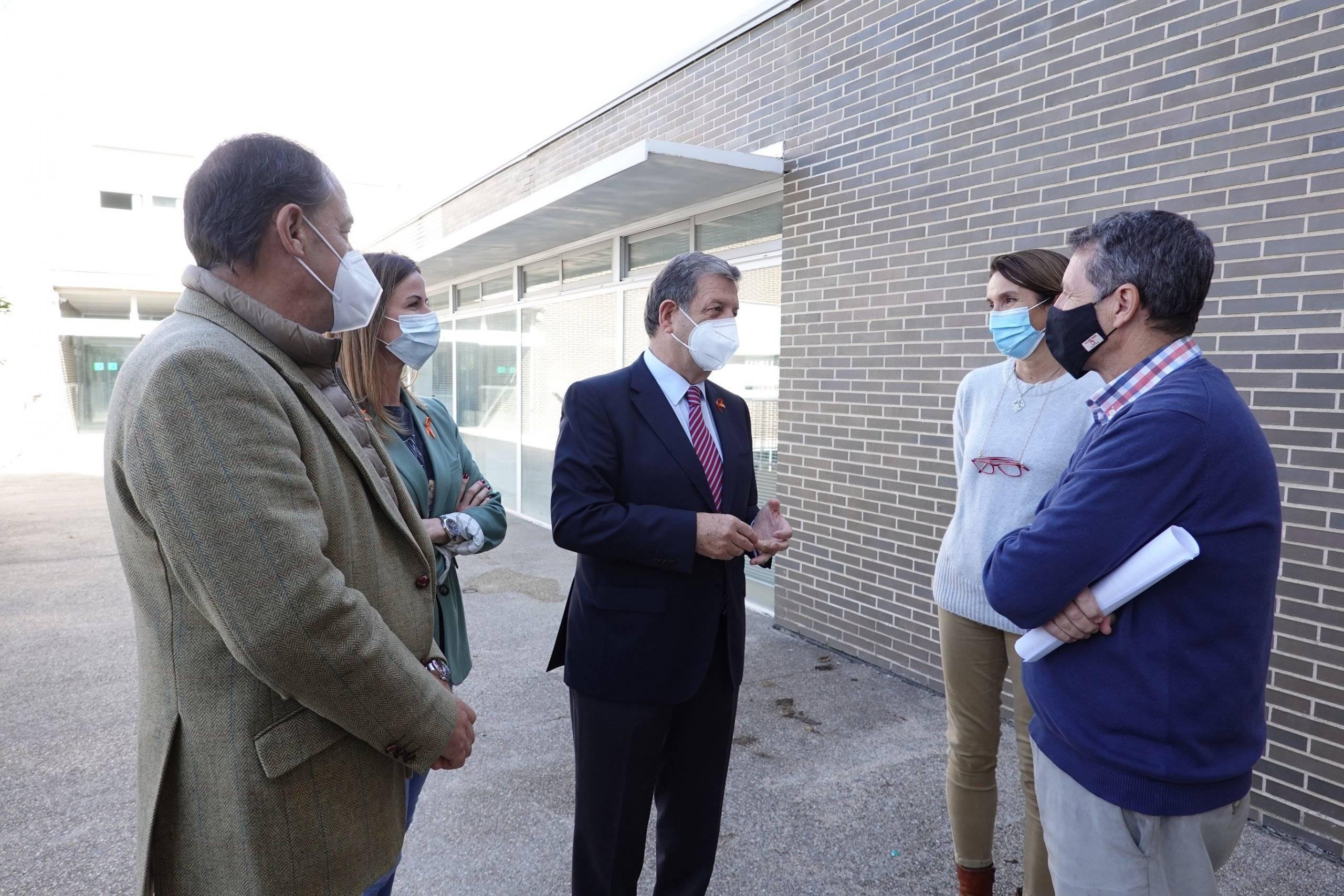 El alcalde, el primer teniente de alcalde y la concejala de Educación junto a personal del colegio Kolbe.