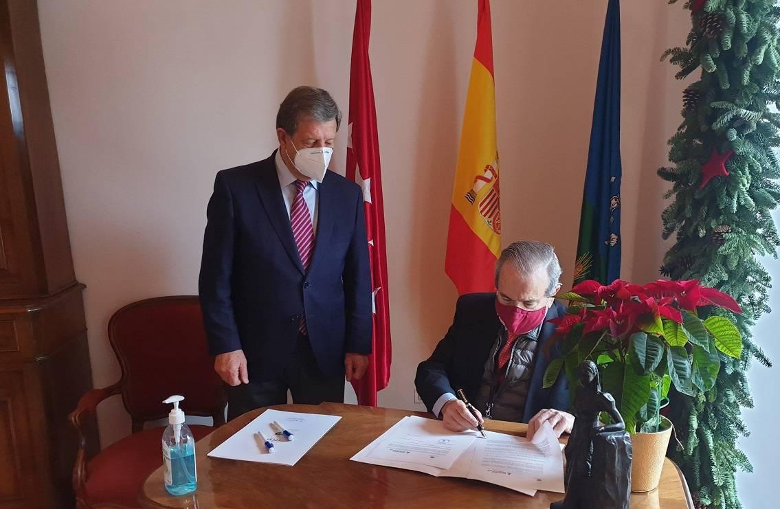 El rector de la UCJC junto al alcalde firmando el convenio.