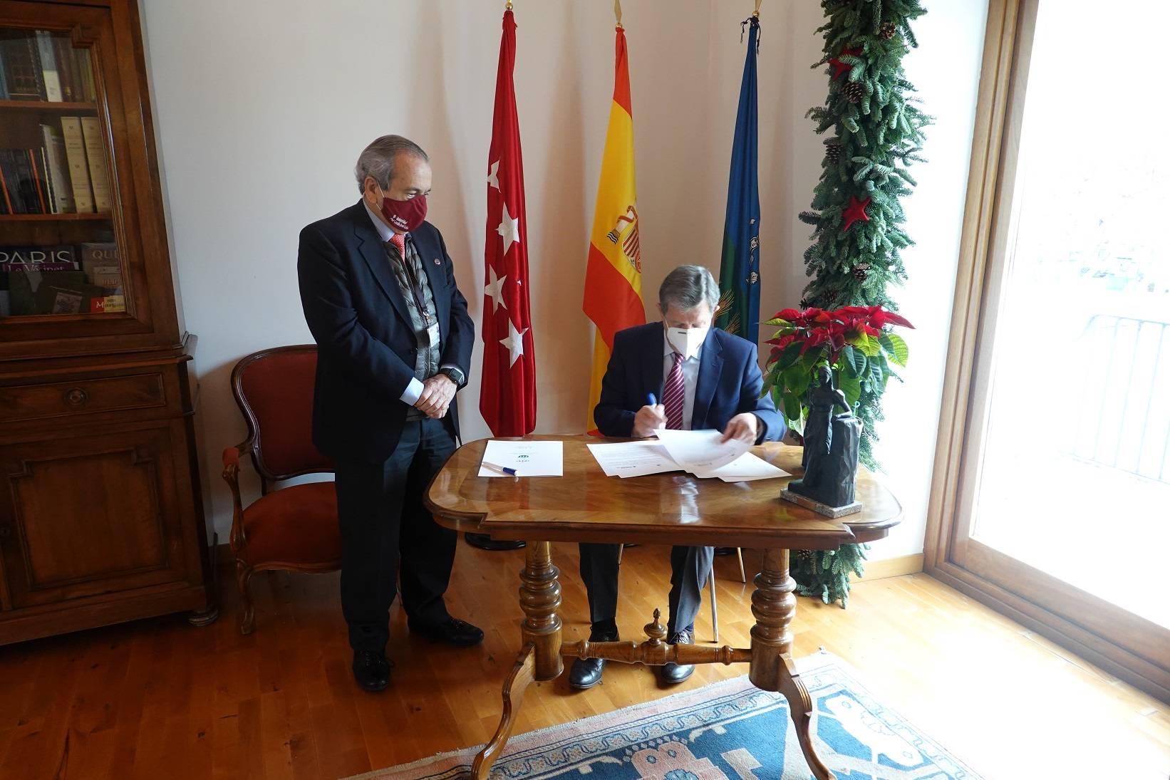 El alcalde y el rector de la UCJC firmando el convenio.