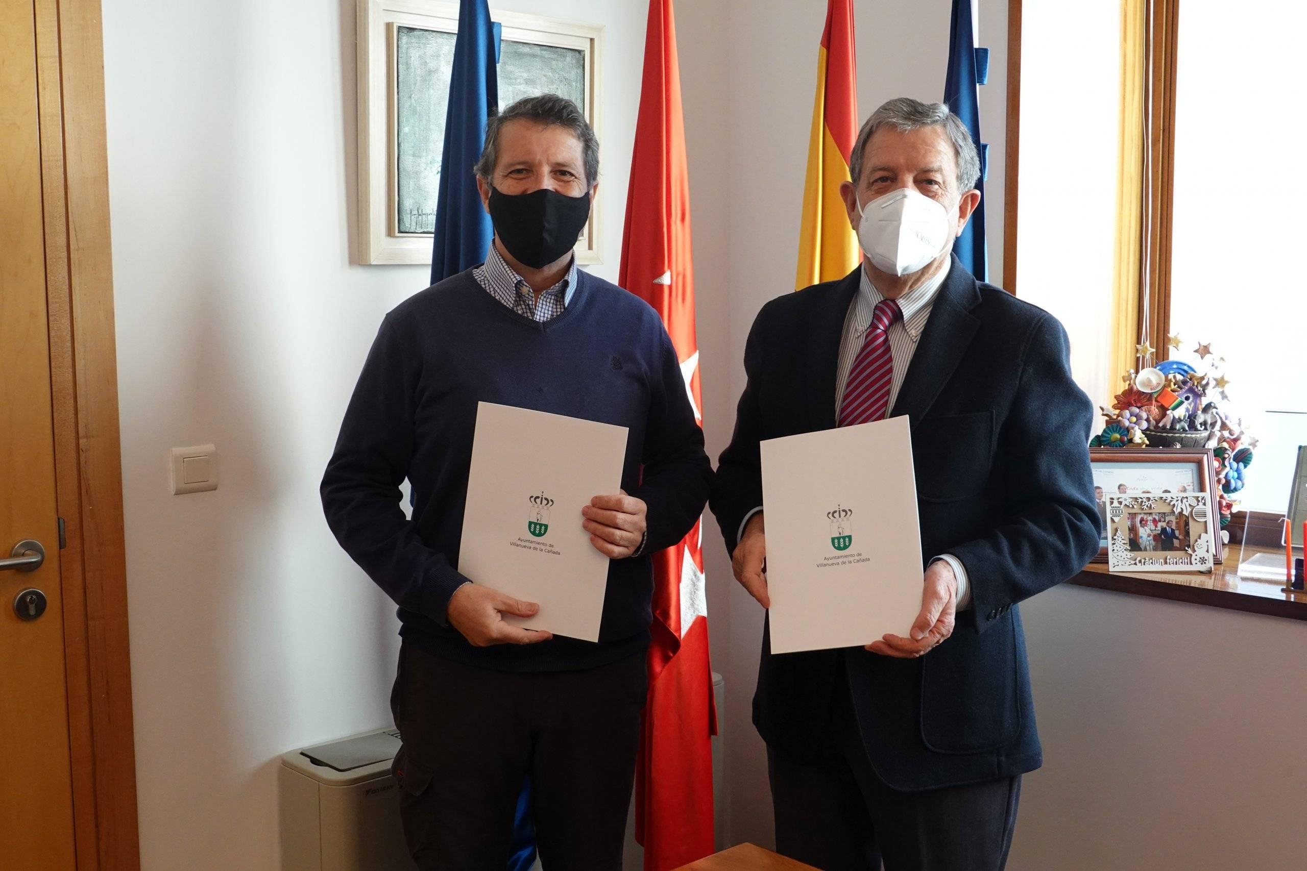 El alcalde, Luis Partida, con el director general de la Fundación Educación y Libertad, Ángel Mel.