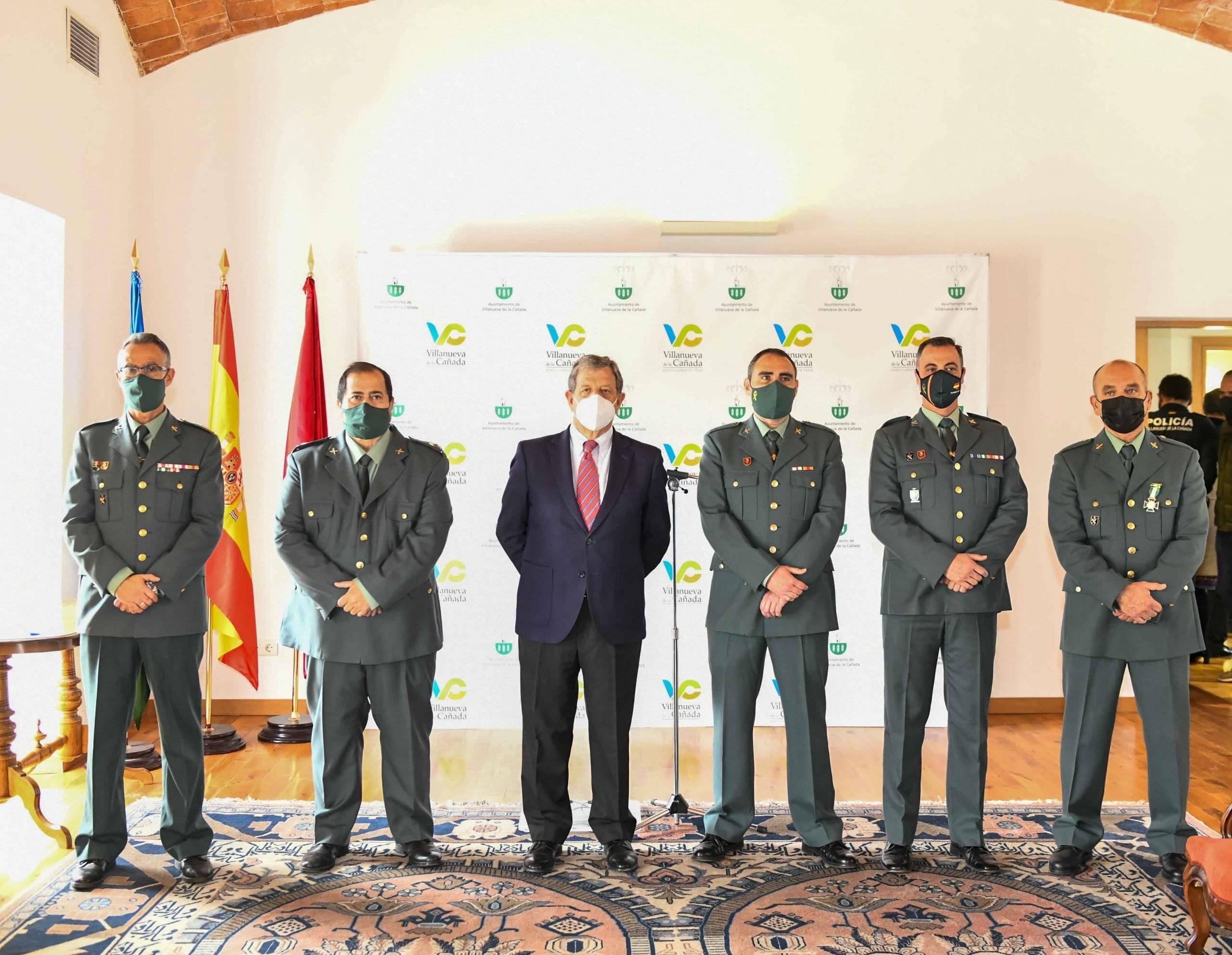 Miembros de la Guardia Civil galardonados junto a autoridades del Cuerpo.