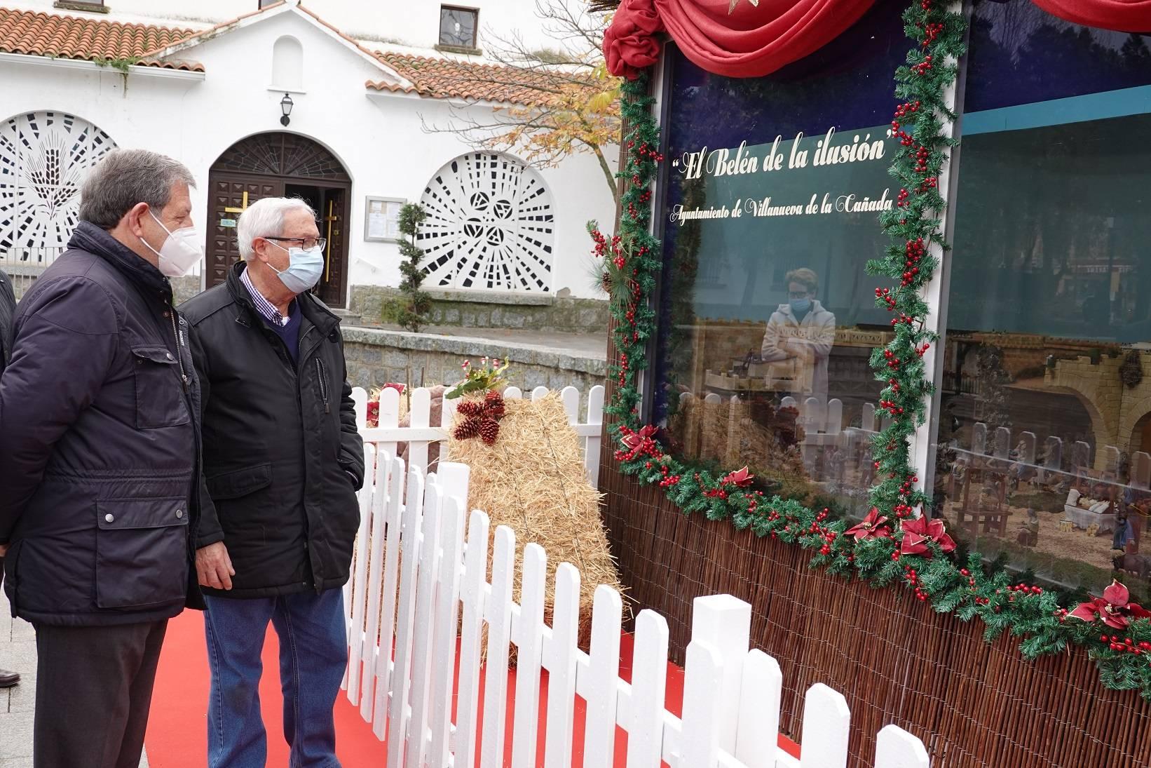 El alcalde, Luis Partida, junto al belenista, Luis Bernárdez.